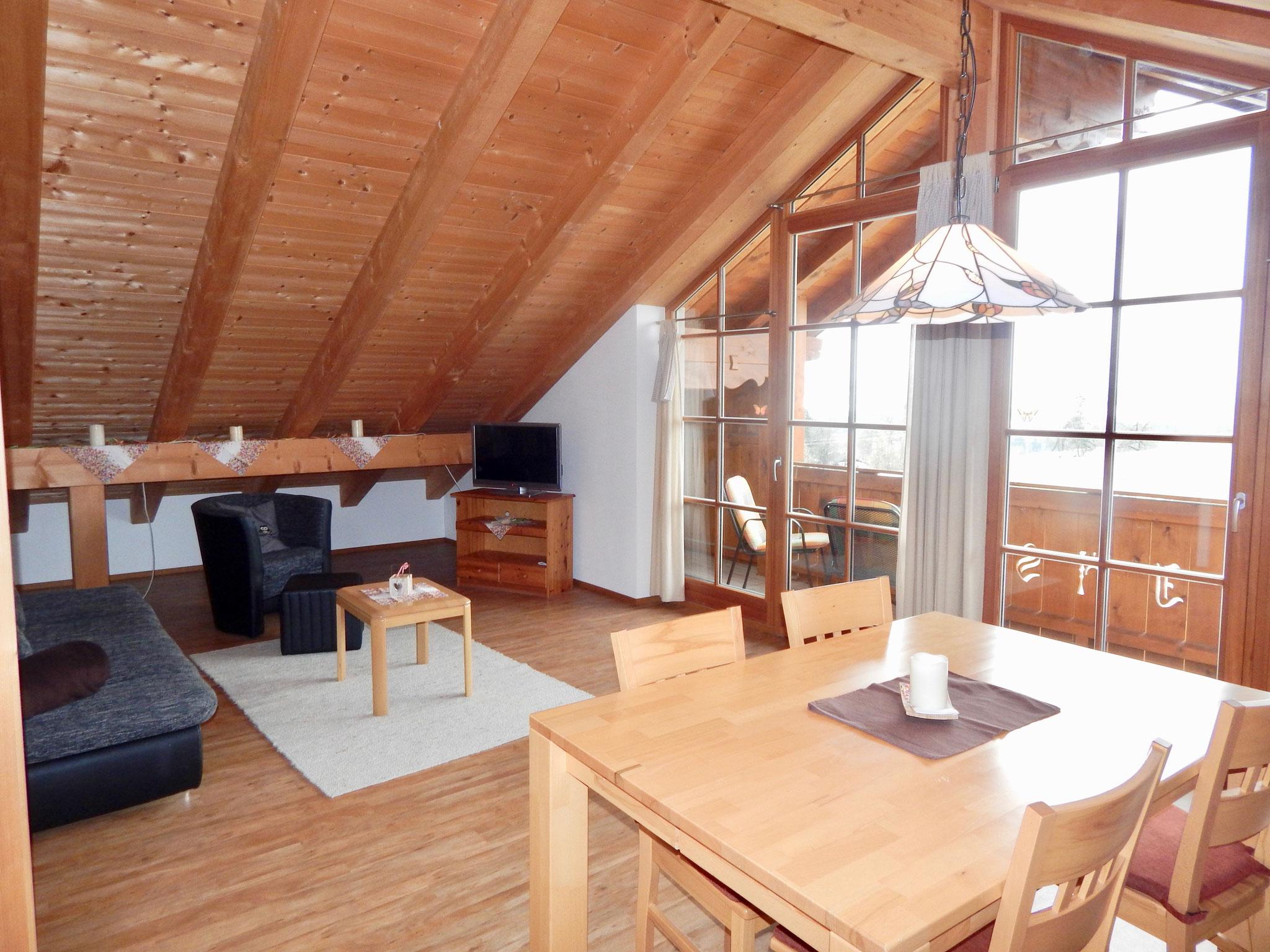 Wohn-& Esszimmer mit großer Glasfront & Balkon
