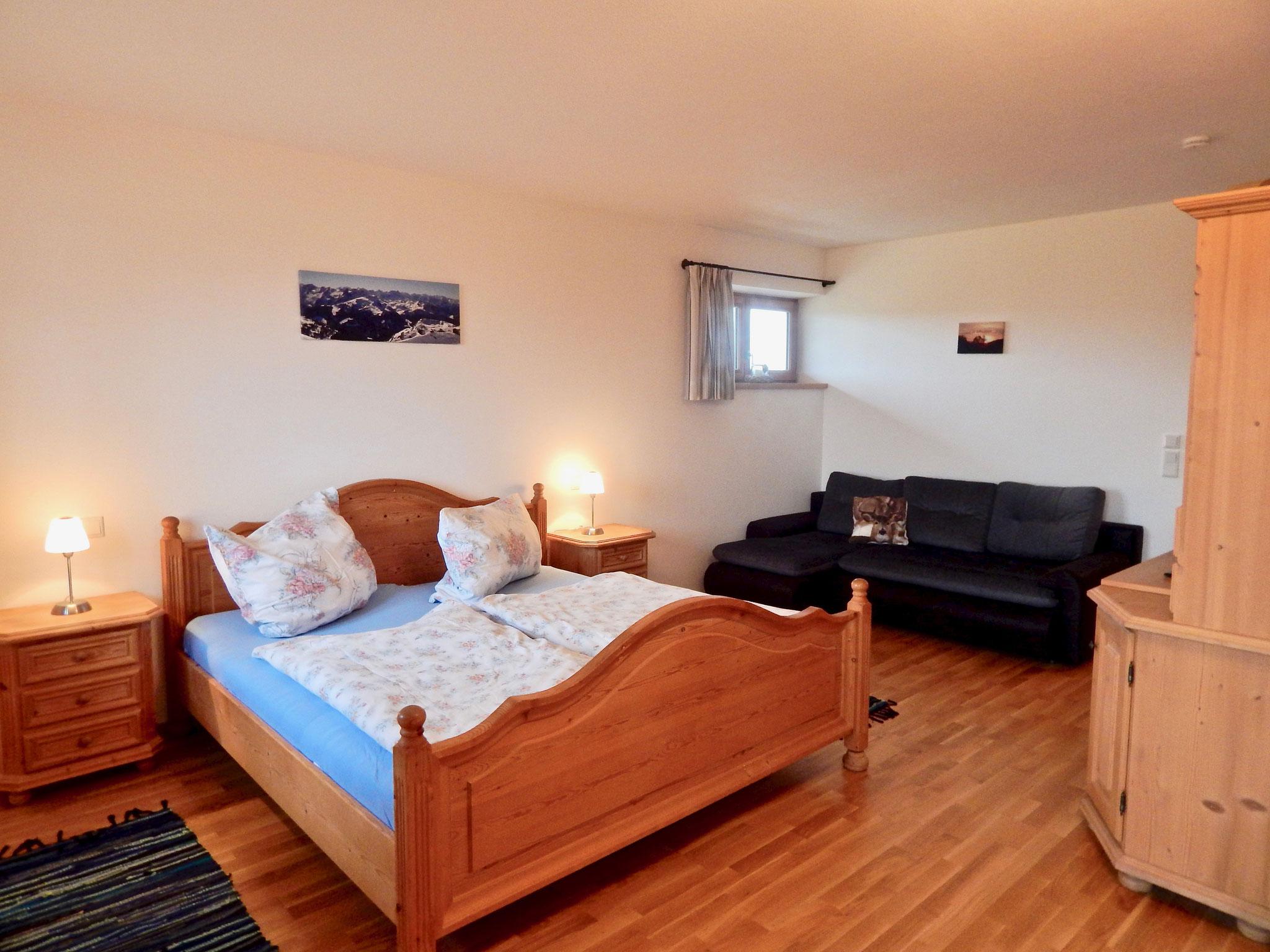 Schlafzimmer mit Doppelbett & Schlafcouch
