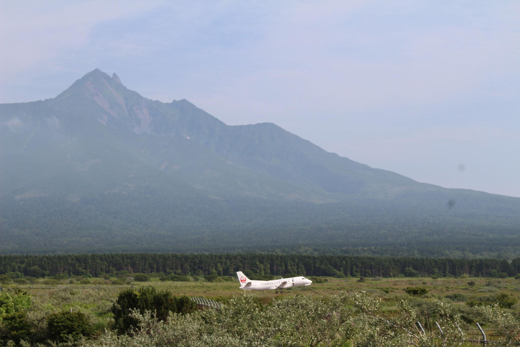 空港から利尻富士が見えます。