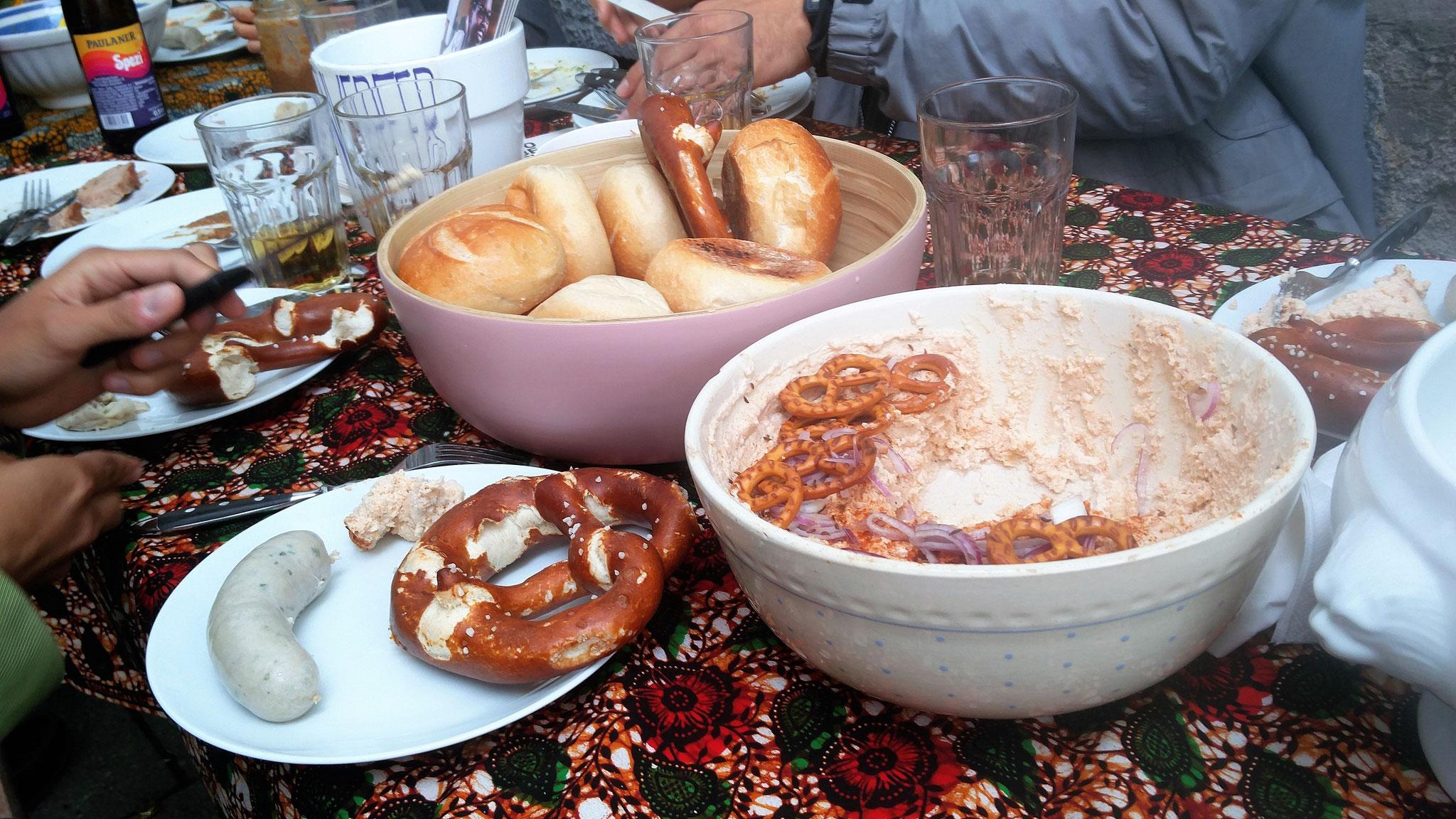Bayrische Weißwürscht auf tansanischer Tischdecke.