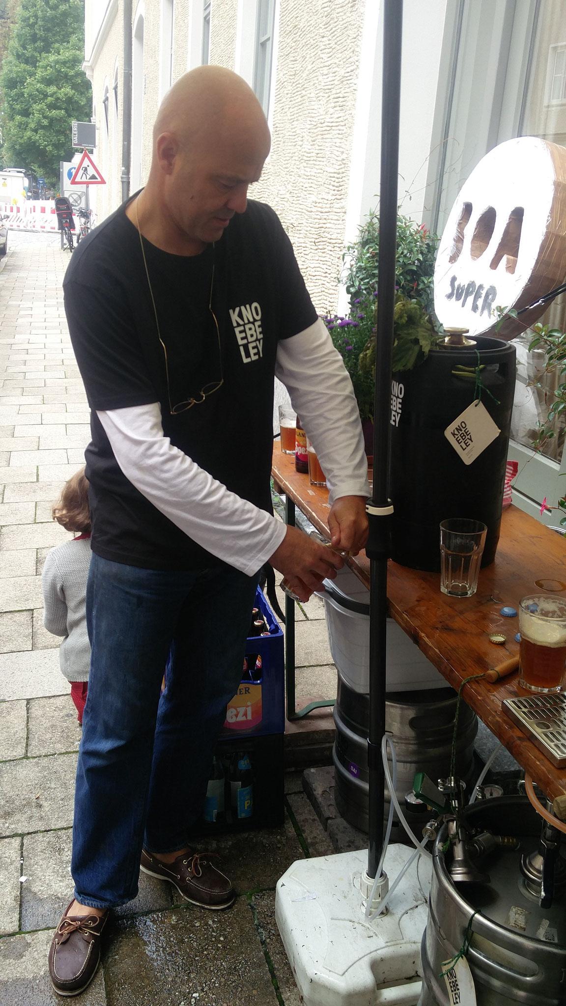 Braumeister Hild am Fass: Bier und Spenden fließen!