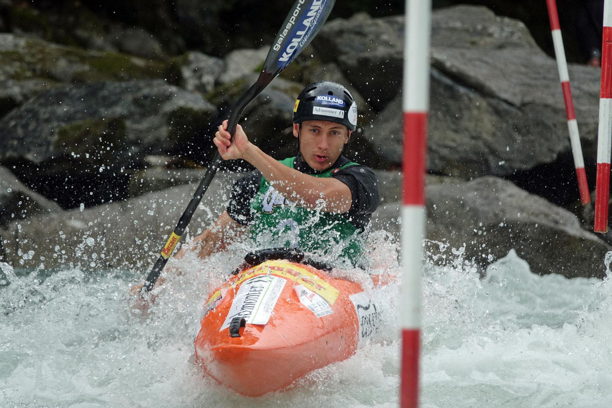 Zdenek Ornst kämpft gegen die eisigen Fluten der Drau