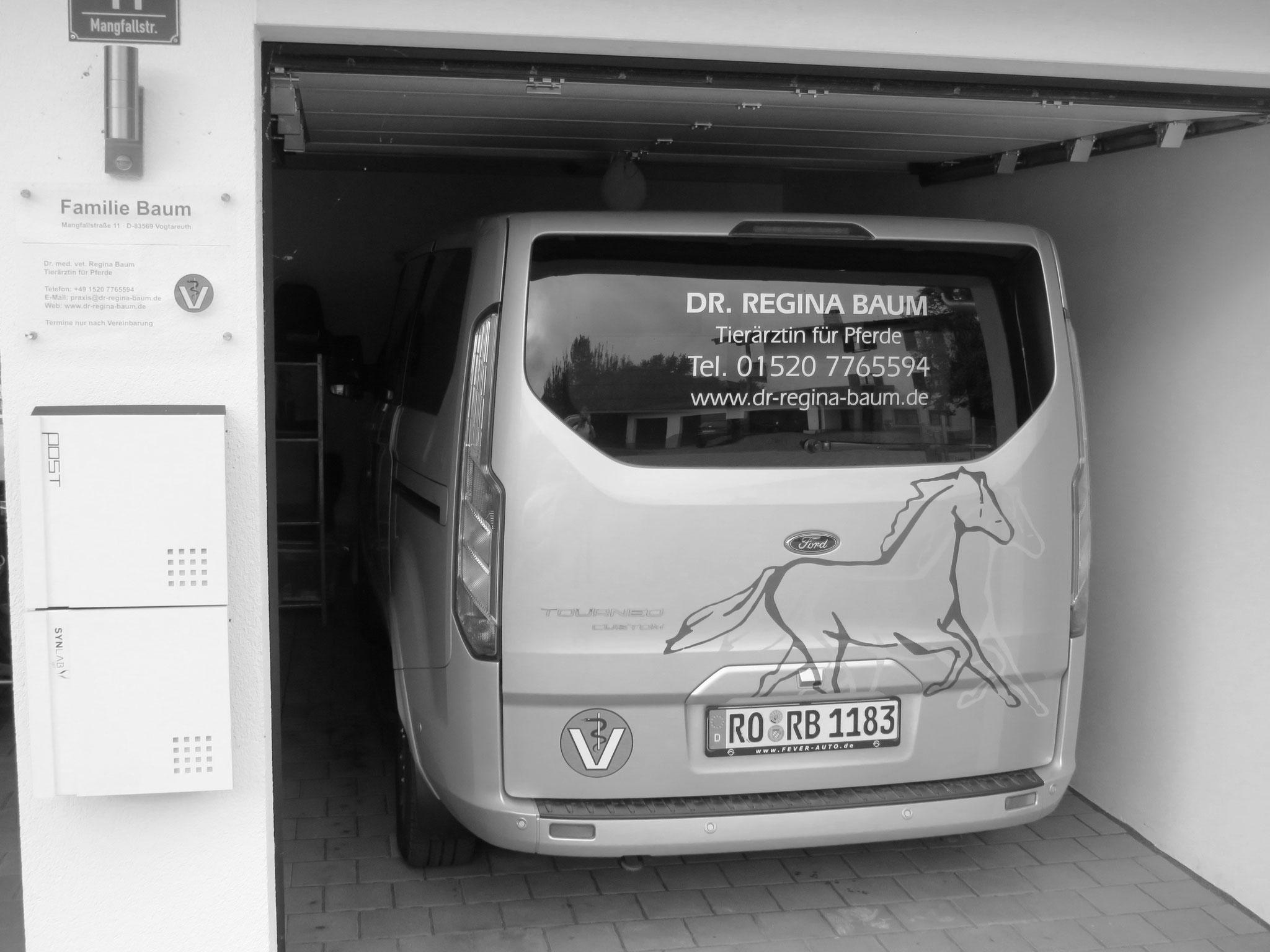 Praxisfahrzeug in der Garage
