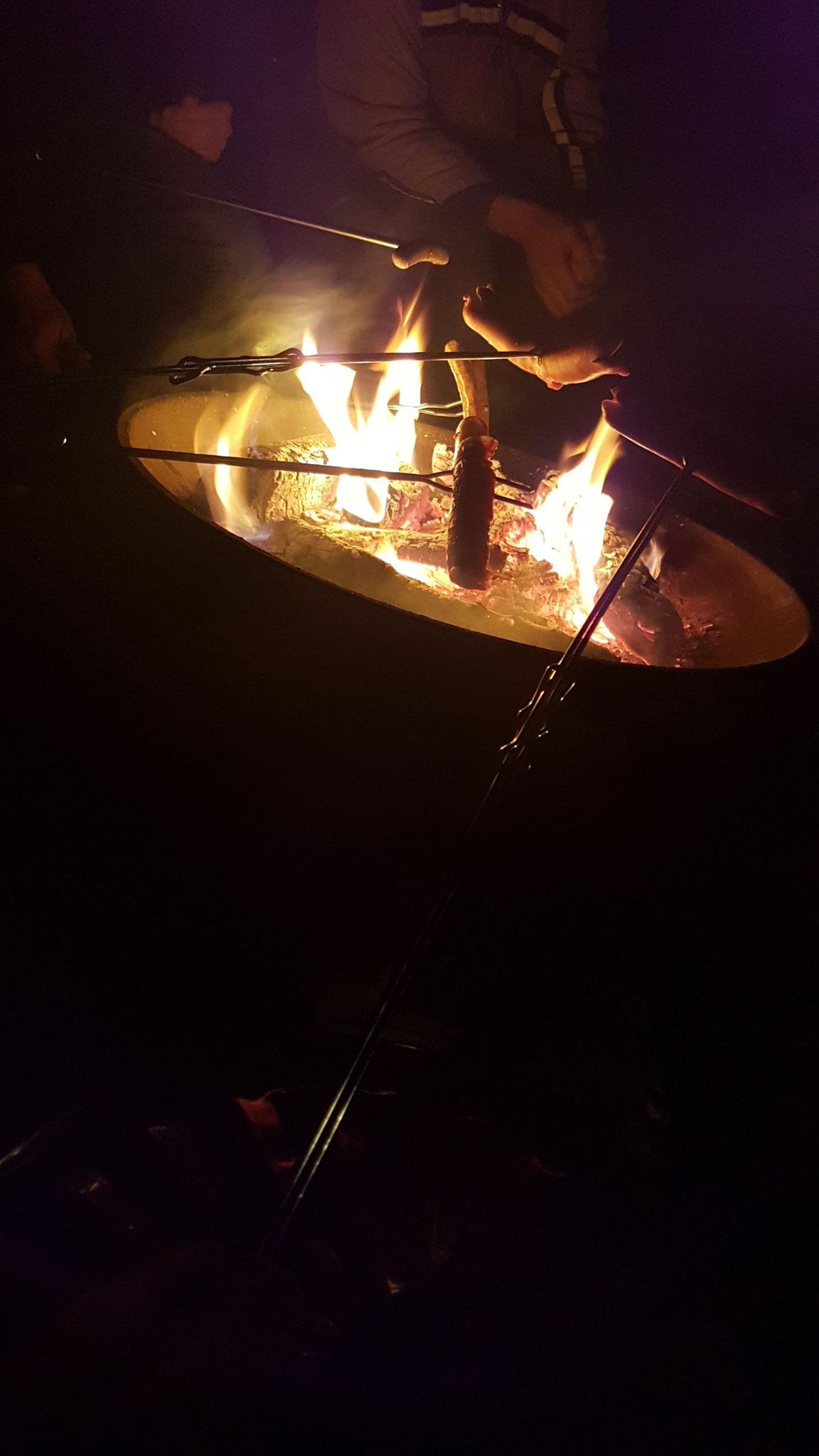 Grillen über dem Osterfeuern nach der Osternacht