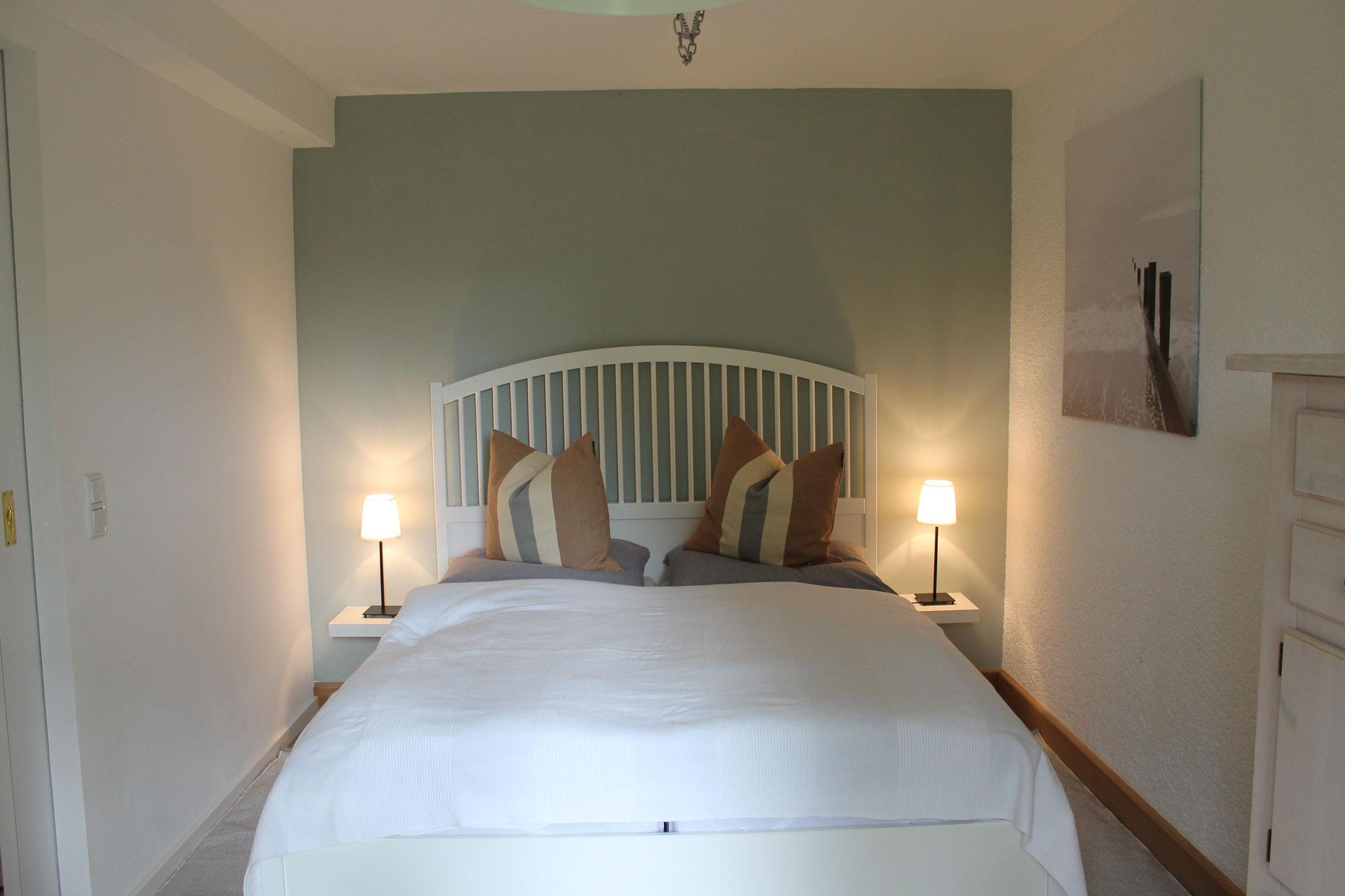 Das helle Schlafzimmer mit Blick in den Garten