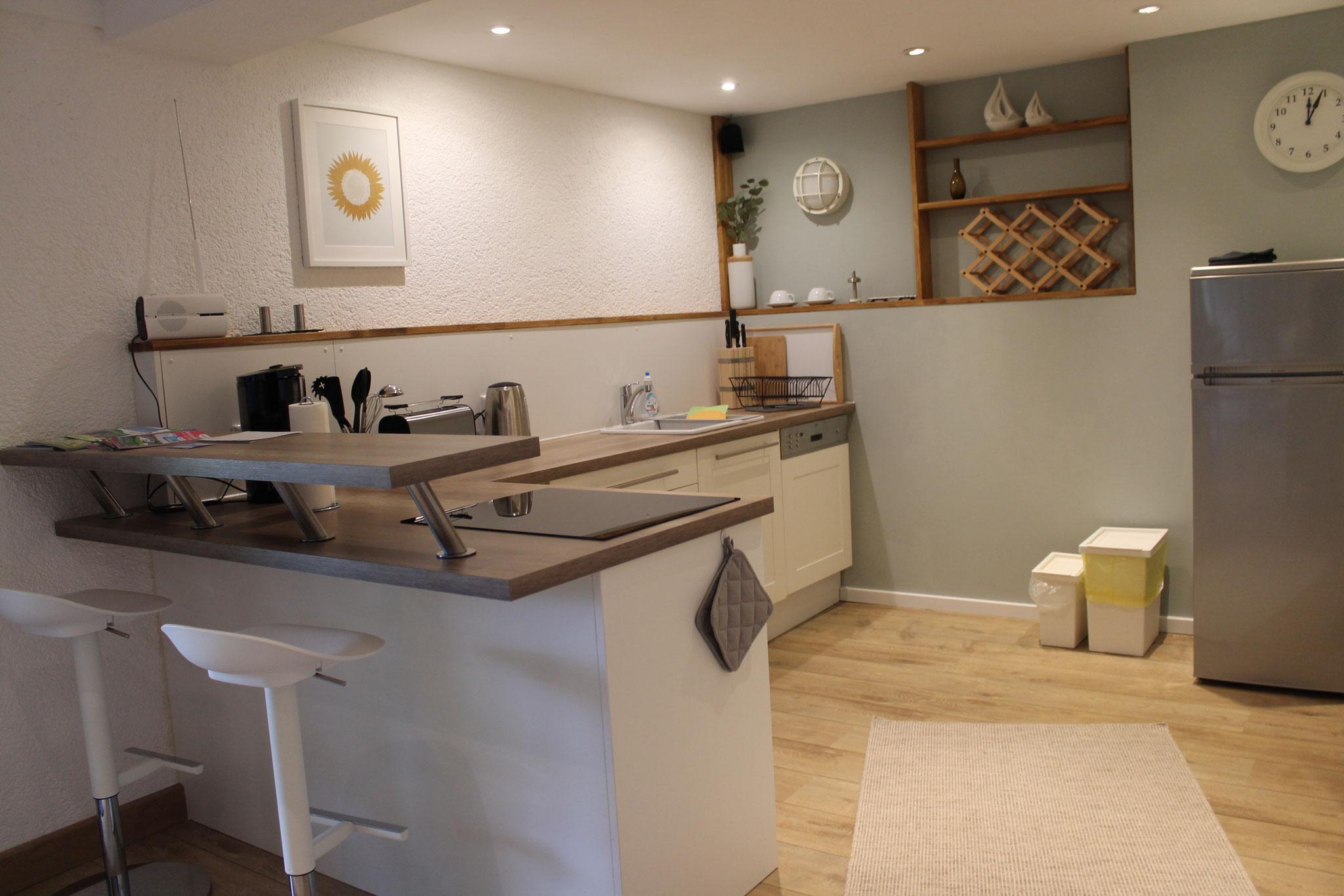 Die modern ausgestattete und geräumige Küche