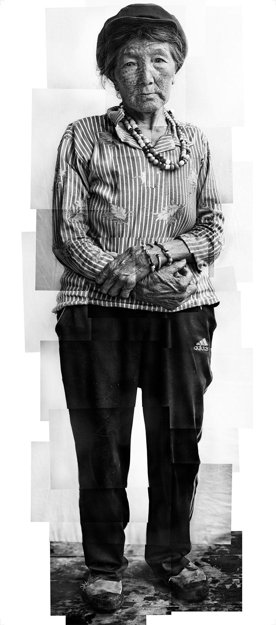 Zeng Nian, Portrait de madame Jiang Guiqing, visage  tatoué, plus de 70 ans, minorité Dulong,  province du Yunnan, 2015. Tirage jet d'encre sur papier INNOVA Exhibition Photo Baryta 310 gsm, 204X90cm / 02/08