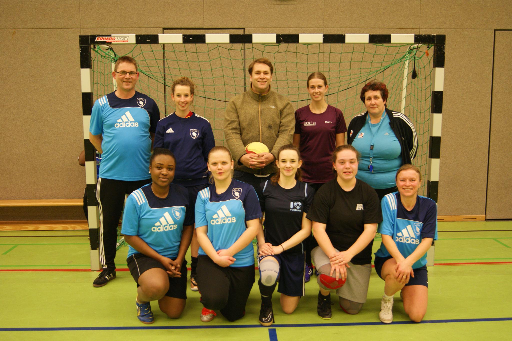 Mit Cordula Radtke (re. hinten, 1. Vorsitzende des 1. Frauenfußballclub Elbinsel) und Aktiven des Vereins