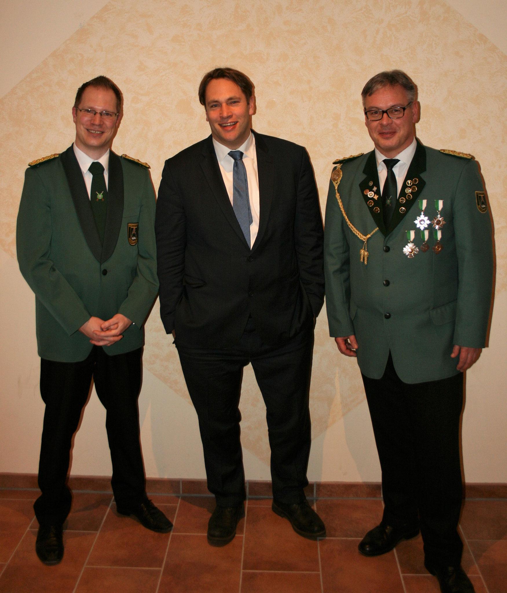 Mit Martin Buhk (re., 1. Vorsitzender des Schützenvereins Moorwerder) und dem 2. Vorsitzenden