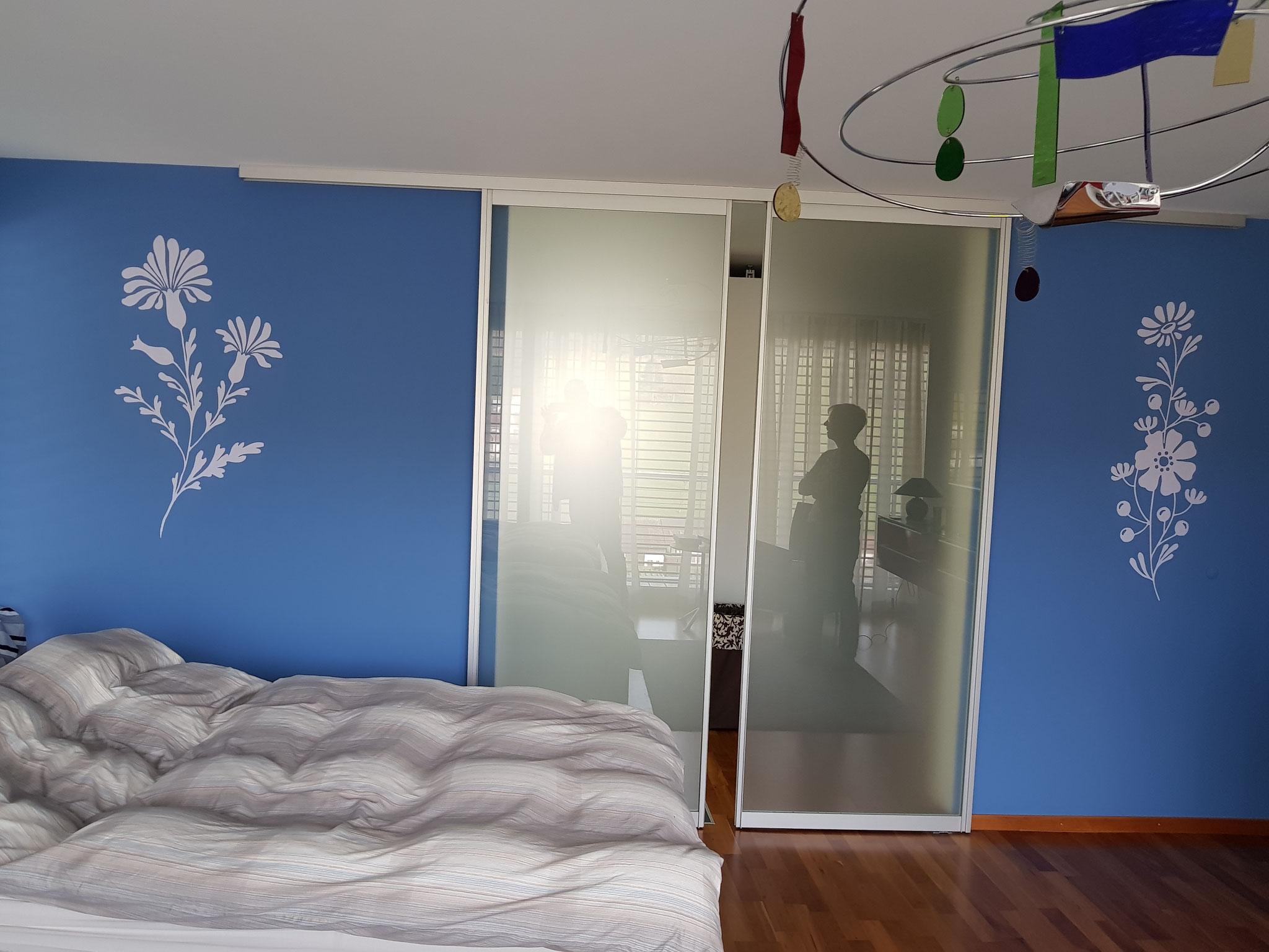 Dekorativ gestaltetes Schlafzimmer in einem EFH.