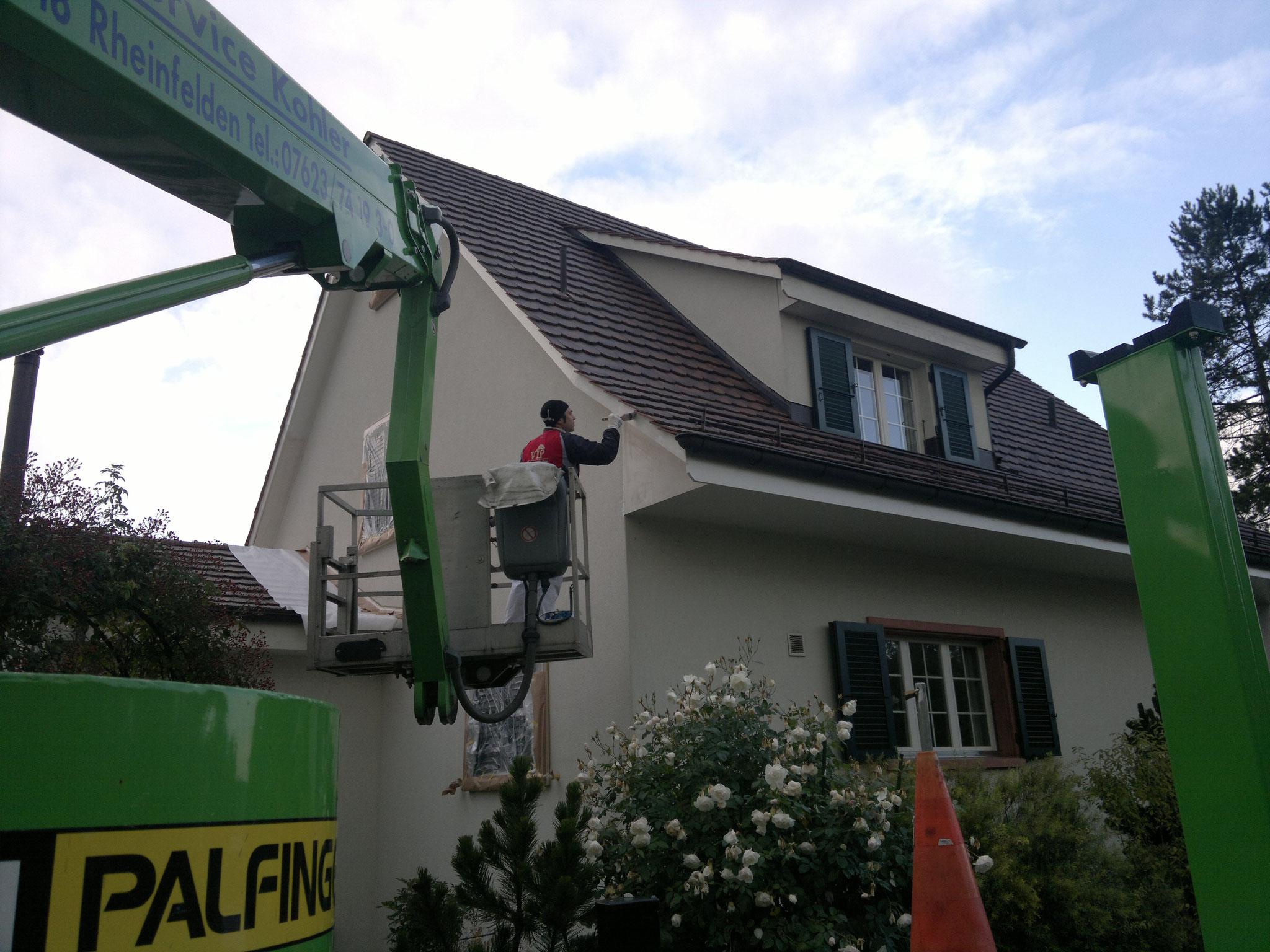 Fassadenanstrich mittels Hebebühne, Meier in Therwil.