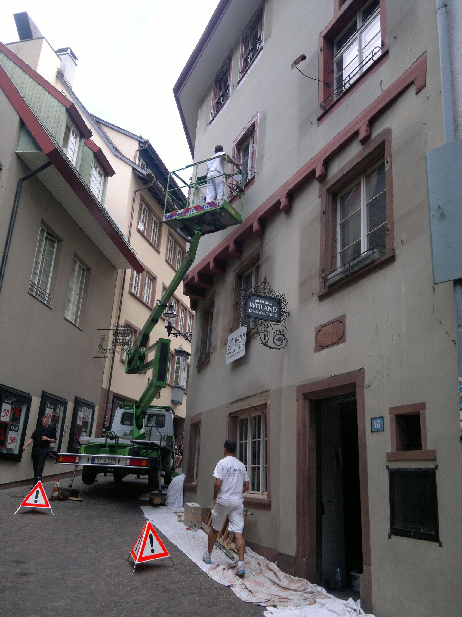 Fassadenanstrich mittels Hebebühne, Münsterberg in 4051 Basel.