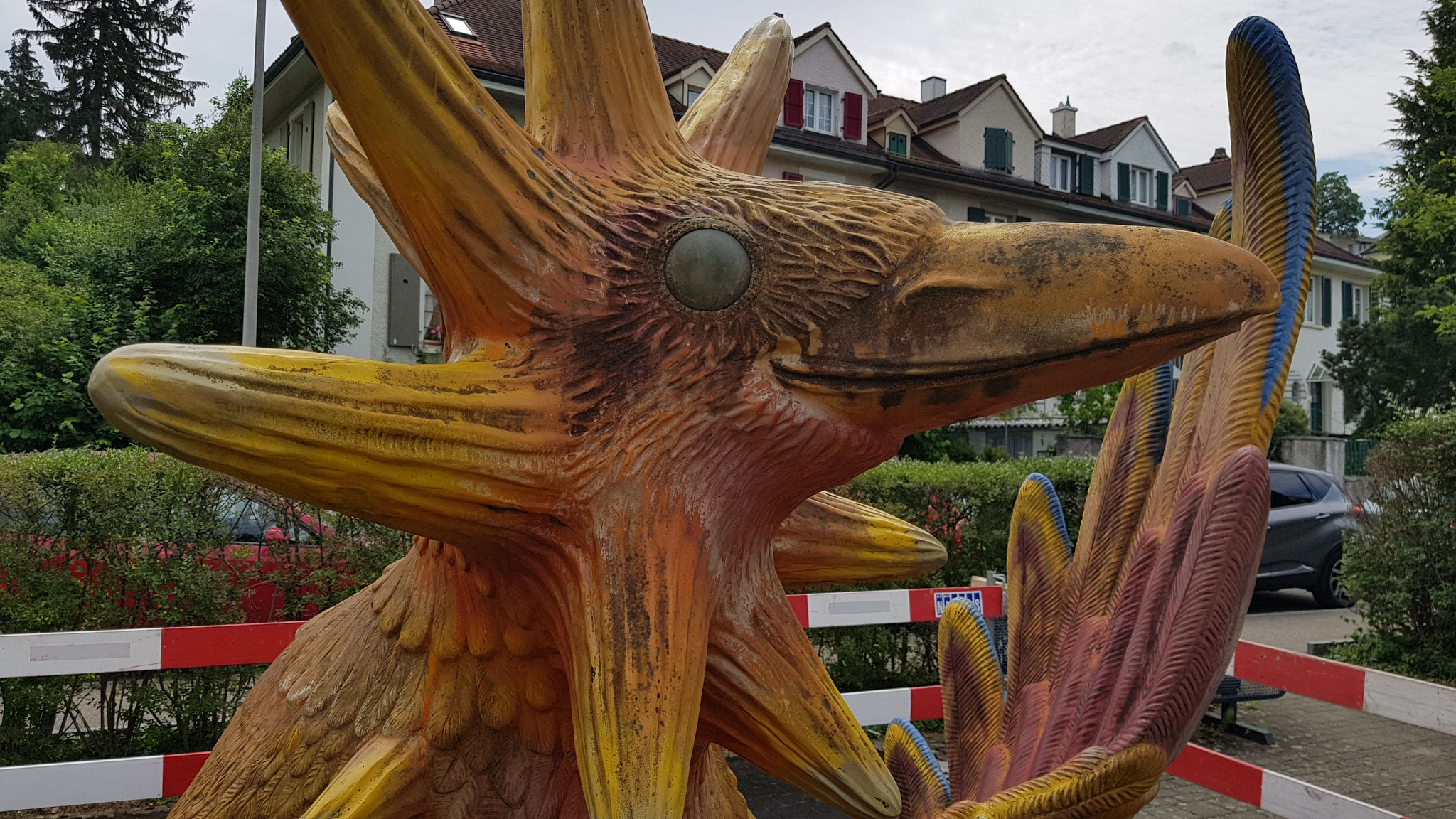 Skulptur Sonnenvogel von Claire Ochsner Restauriert (Polyester Reperatur und Anstrich)