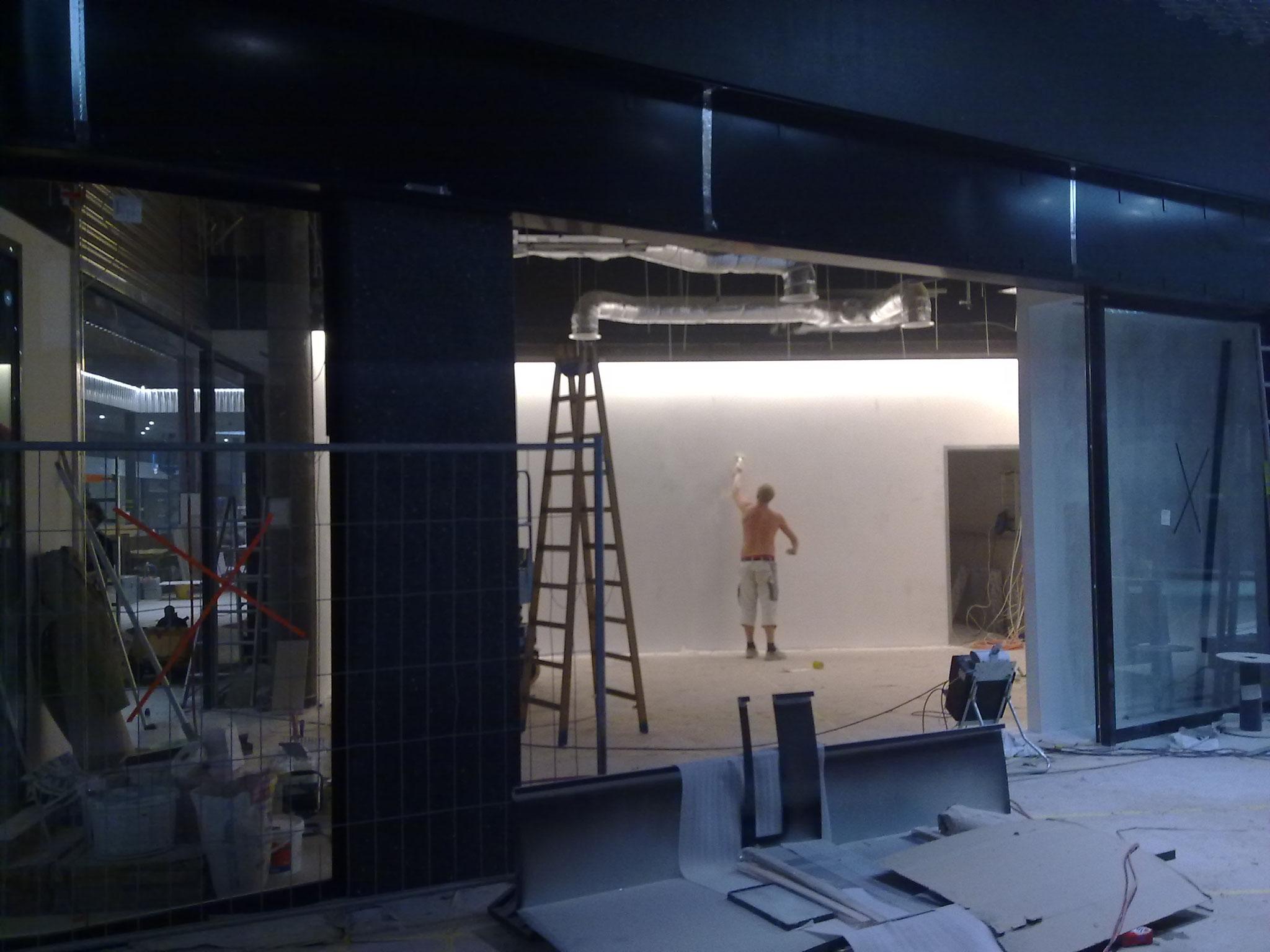 Streichen der Wände, Einkaufszentrum Stücki in Basel.