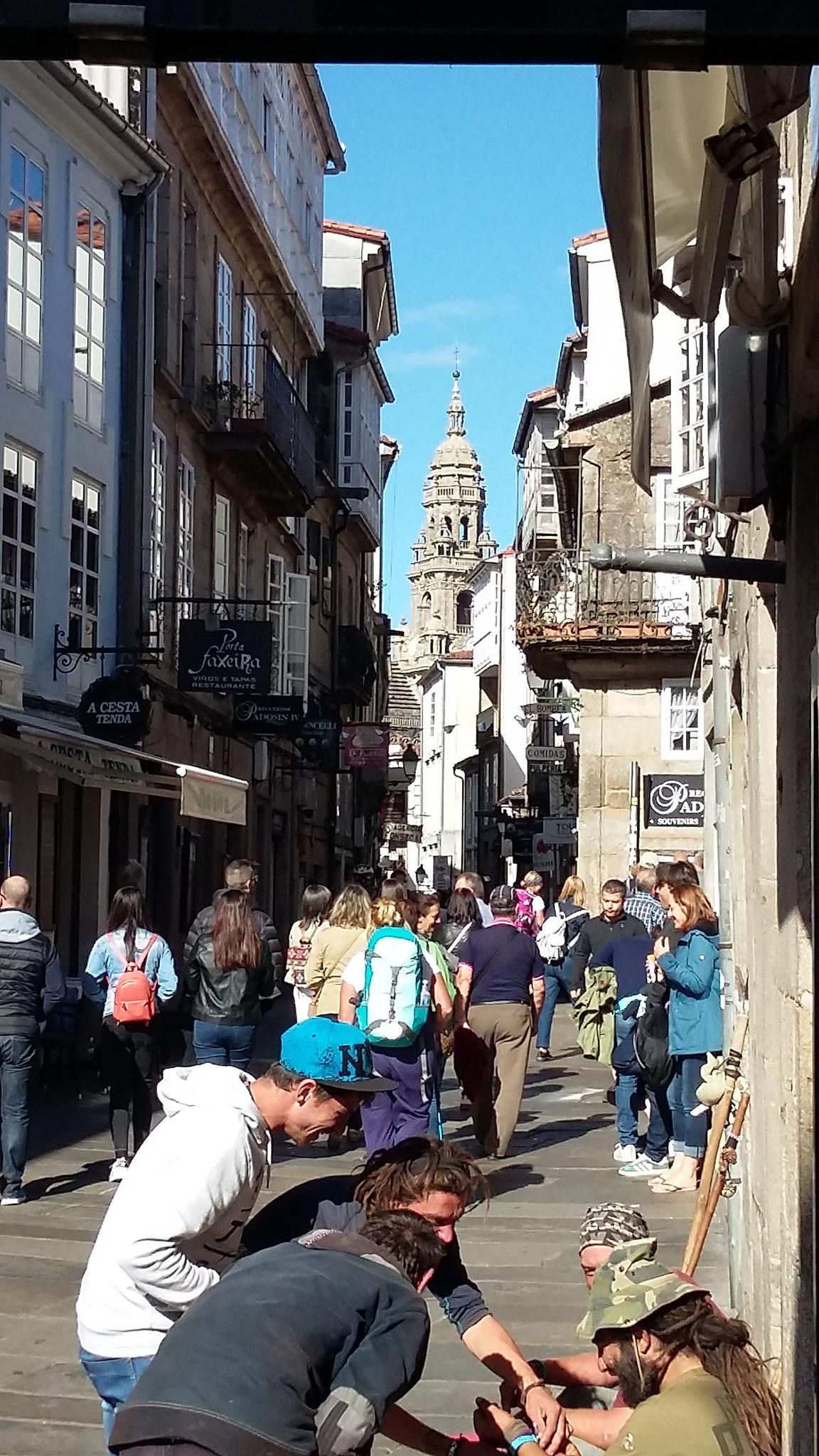 Pilger in den Straßen um die Kathedrale