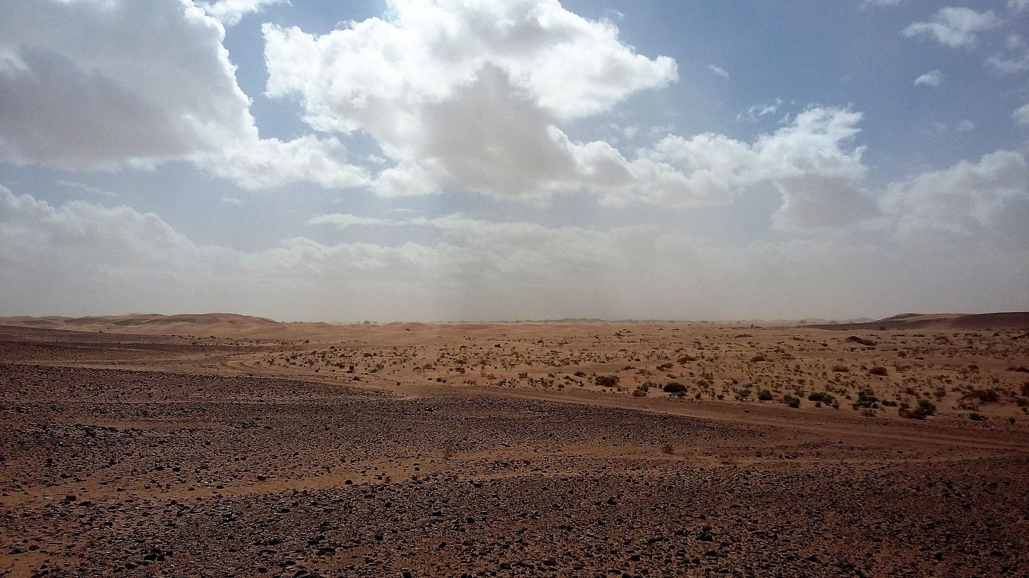 Das Dünengebiet Erg Chegaga liegt vor uns.