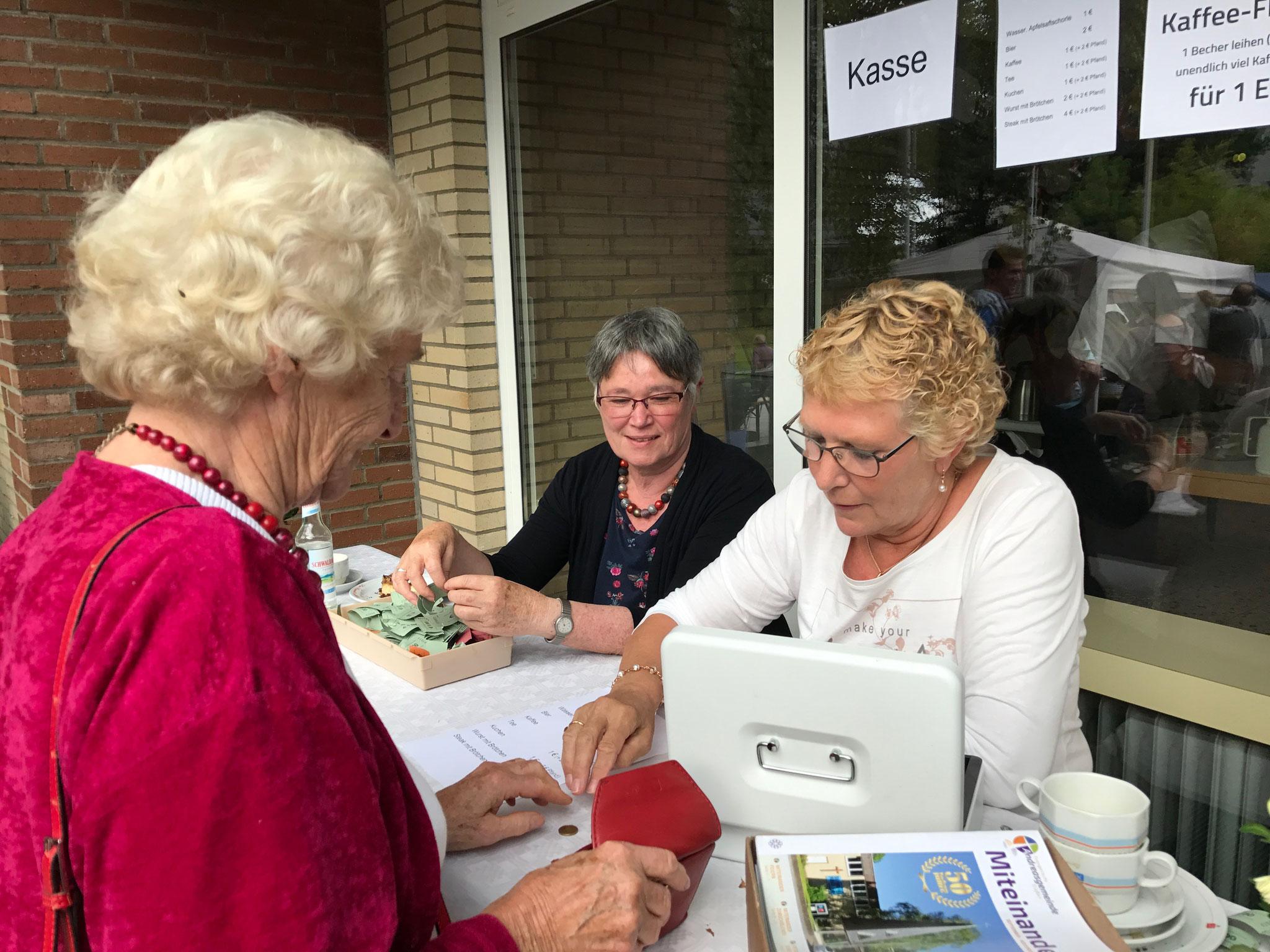 Ökumenischer Märkchenverkauf: Die Gemeindesekretärinnen aus Andreas und St. Thomas Morus // Foto: Gömmer