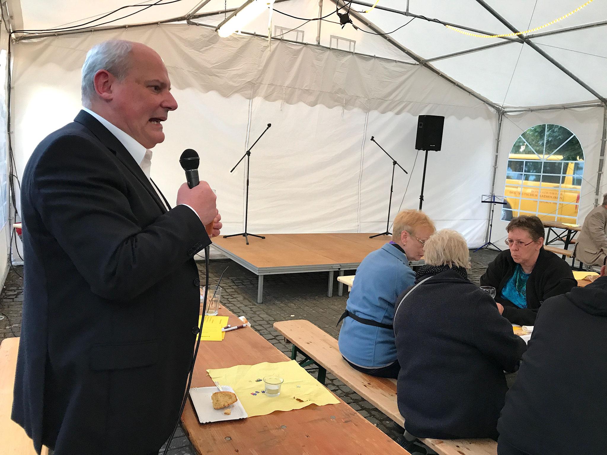 Pfarrer Matthias Schmid begrüßt alle Gäste in St. Thomas Morus // Foto: Gömmer