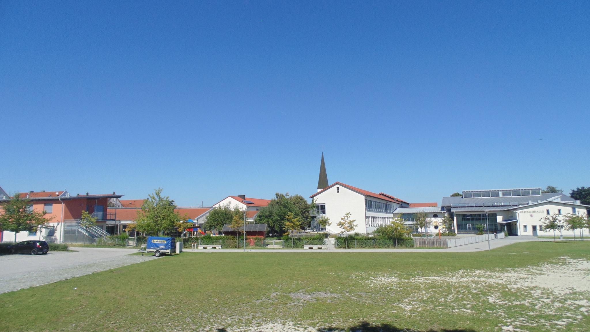 Blick auf Kinderkrippe/Turnhalle/Volksschule Niederaichbach