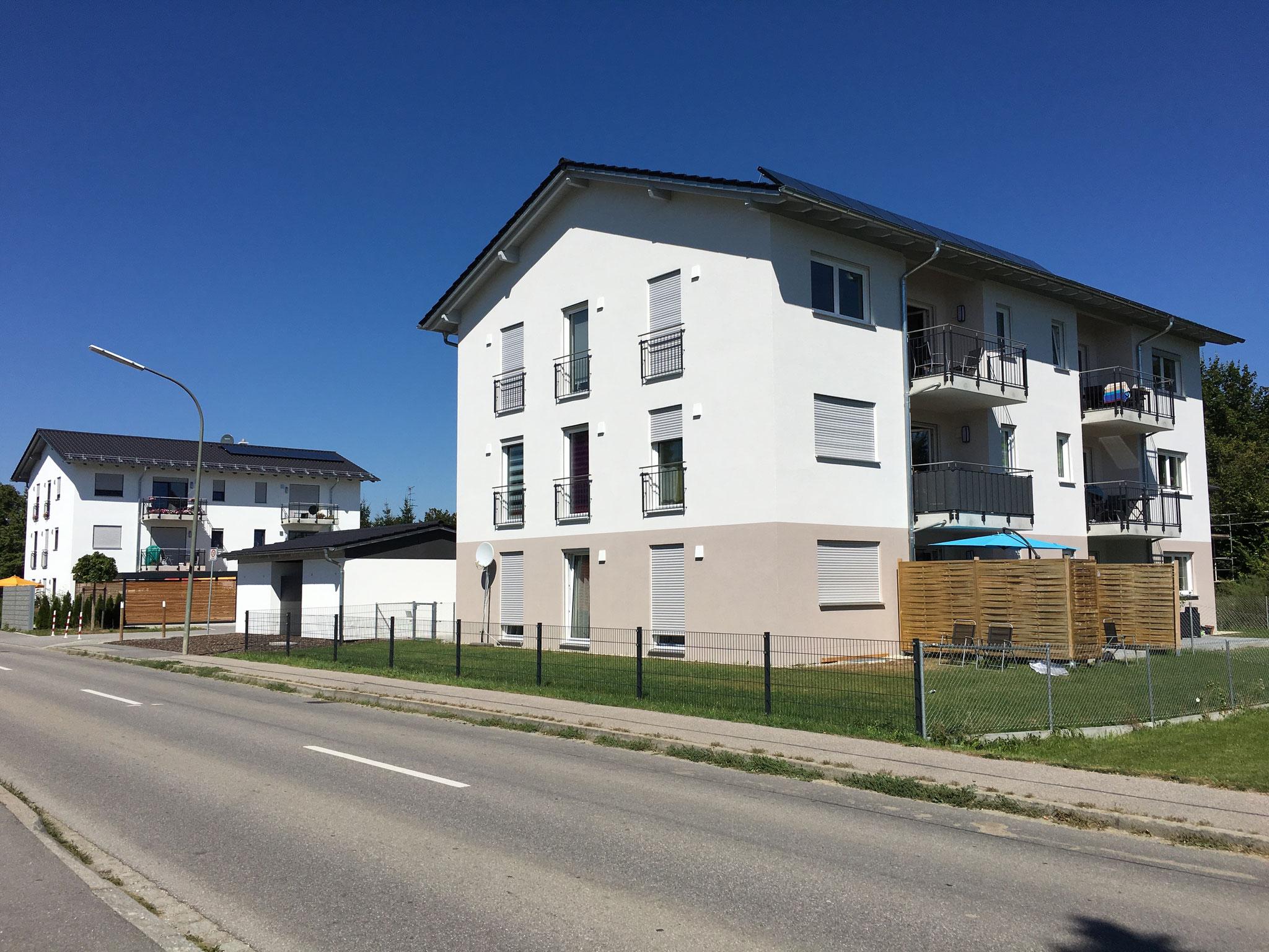 Neubau von 2 Mehrfamilienwohnhäusern mit 6 Wohneinheiten, Niederaichbach 2016 - Blick auf beide Gebäude