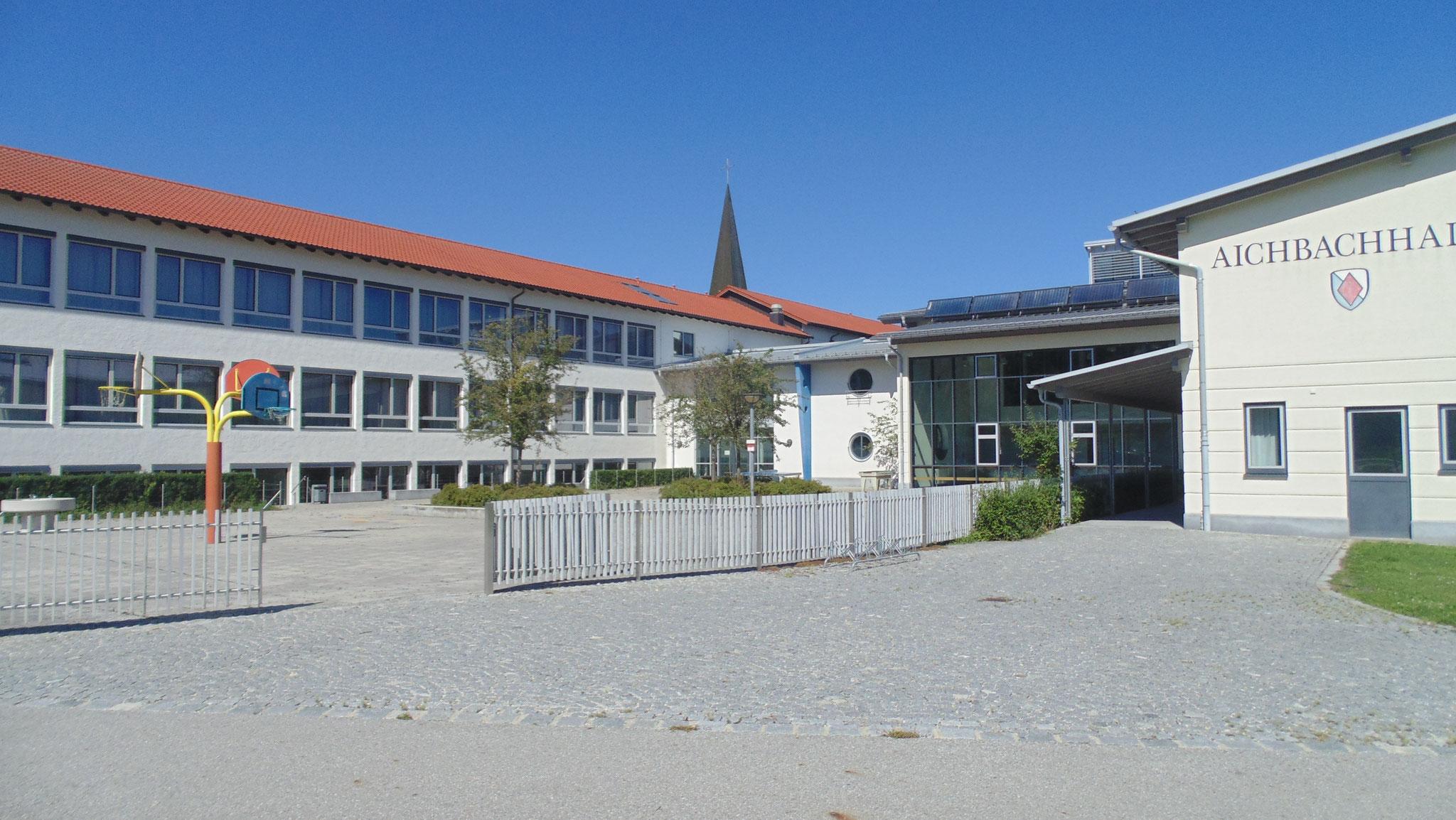 Blick auf Turnhalle/Volksschule Niederaichbach