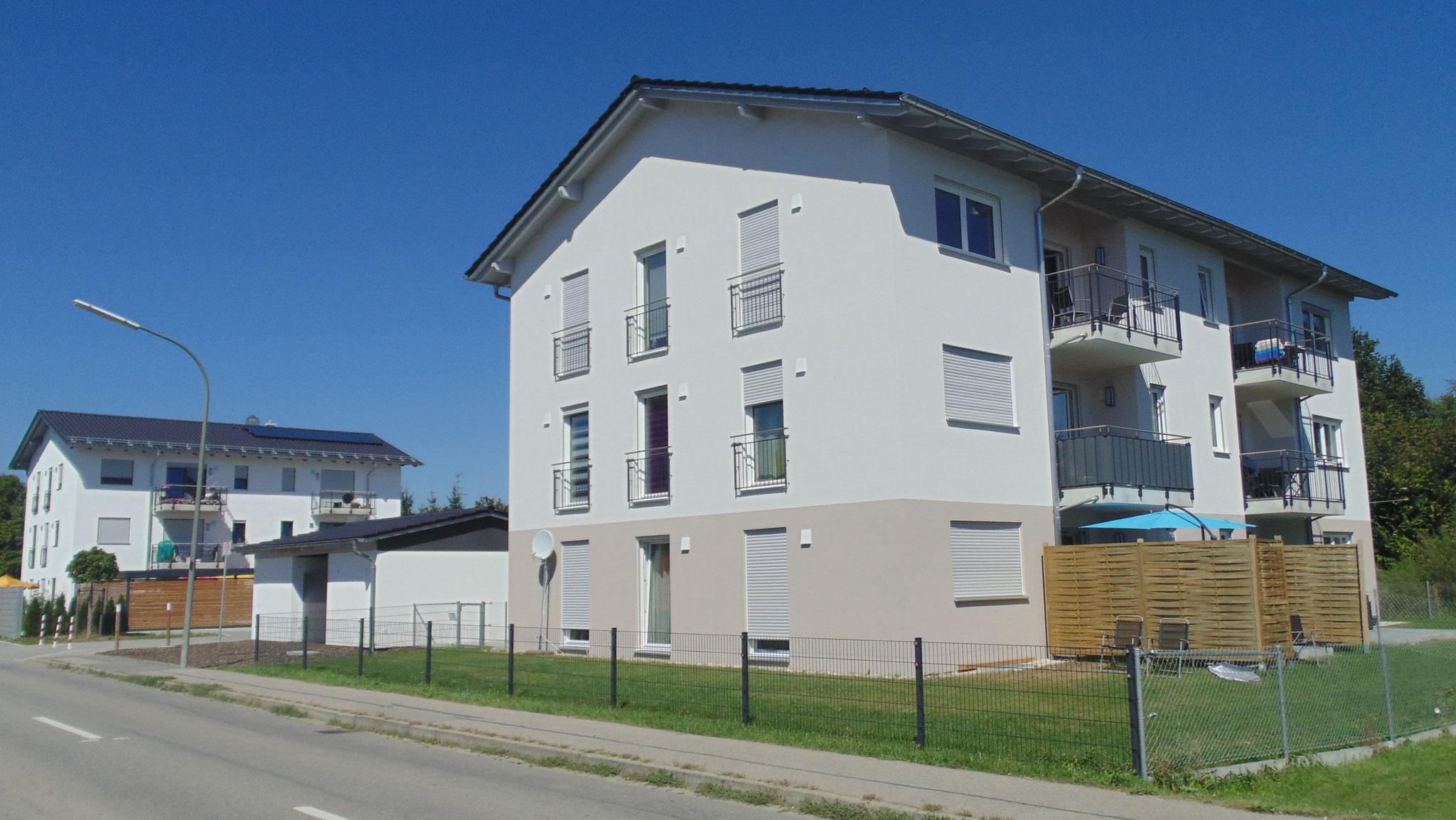 Neubau von 2 Mehrfamilienwohnhäusern mit 6 Wohneinheiten, Niederaichbach 2016 - Blick auf beide Referenzen