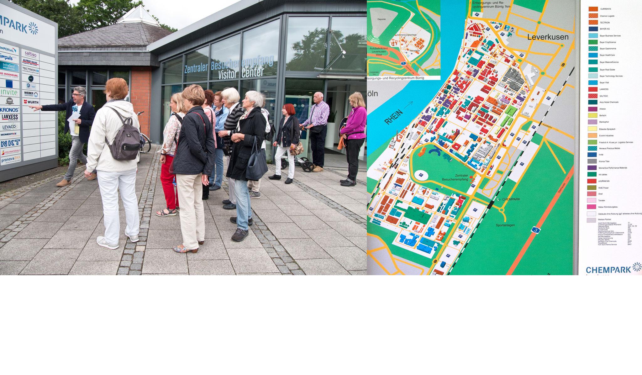 Mit Schwung erklärte Herr Christian Zöller, der Leiter des Politik- und Bürgerdialogs, den Gästen die Struktur des Chempark, in dem mehr als 70 Firmen angesiedelt sind.