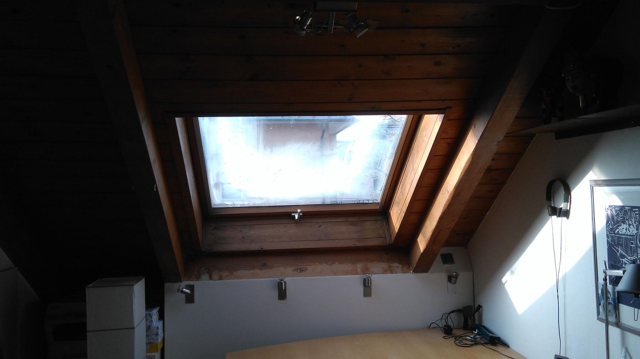 Altes Velux Dachfenster mit Holzverkleidung