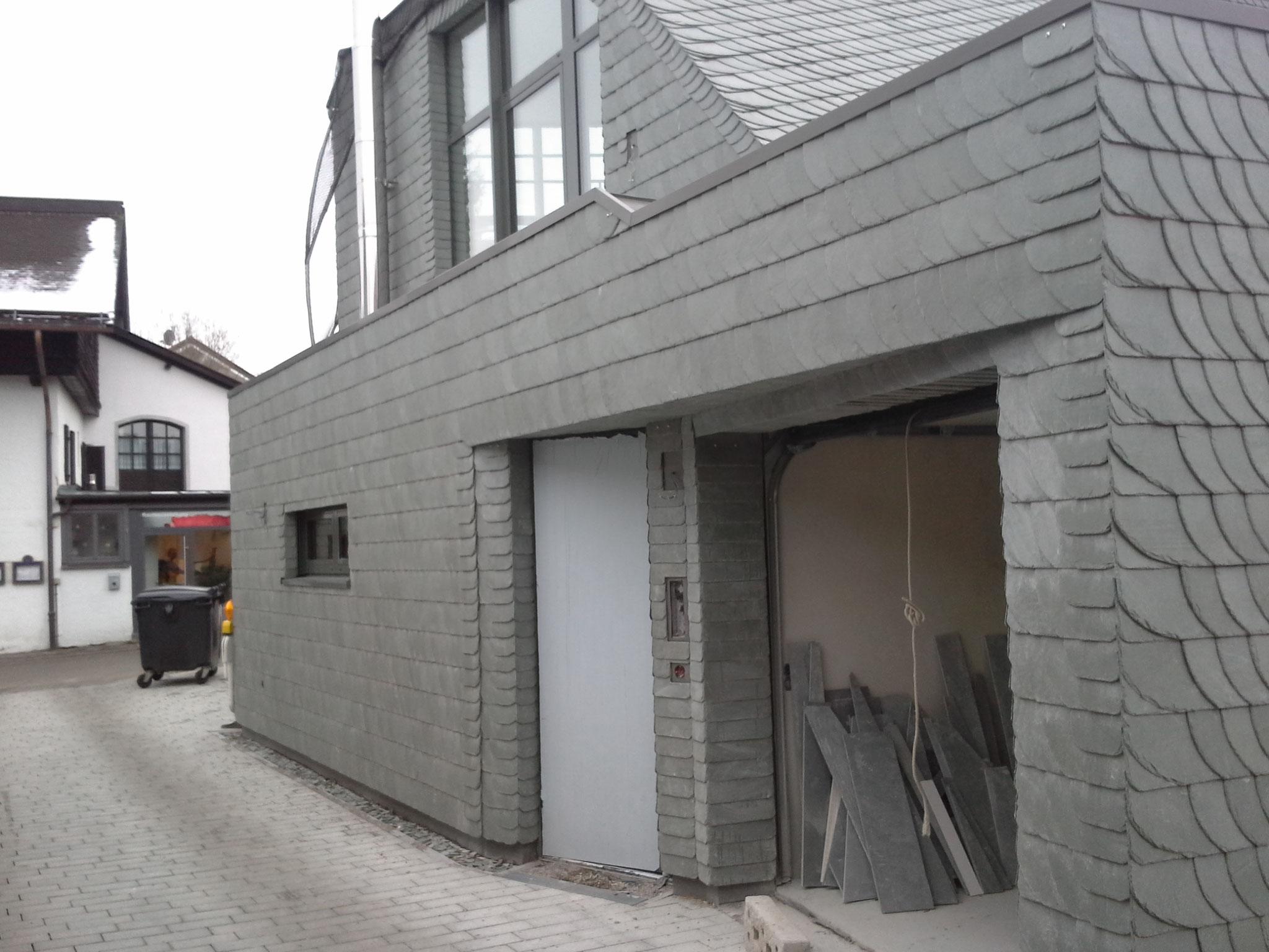 Grüner Schiefer Schuppenschablonendeckung an der Fassade mit Theis Böger