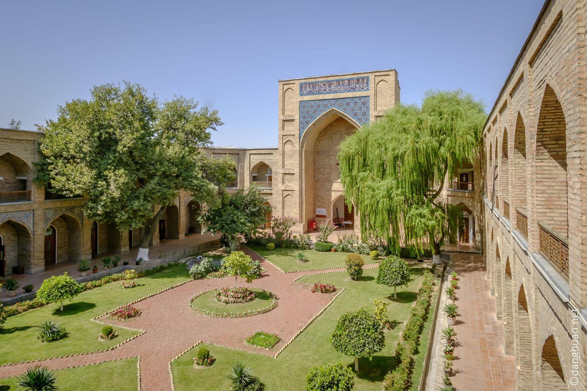...avec ses deux étages de 60 cellules (houdjr) de deux mètres sur deux mètres, constituées d'une chambre et d'une niche à auvent (iwan)