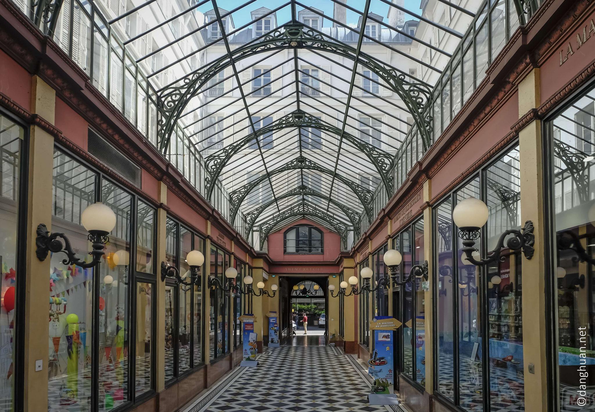 Edifié en 1860, détruit en 1985, et finalement reconstruit à l'identique en 1995, le passage des Princes abrite nombreux magasins dédiés aux jouets, au modélisme, aux jeux vidéo...