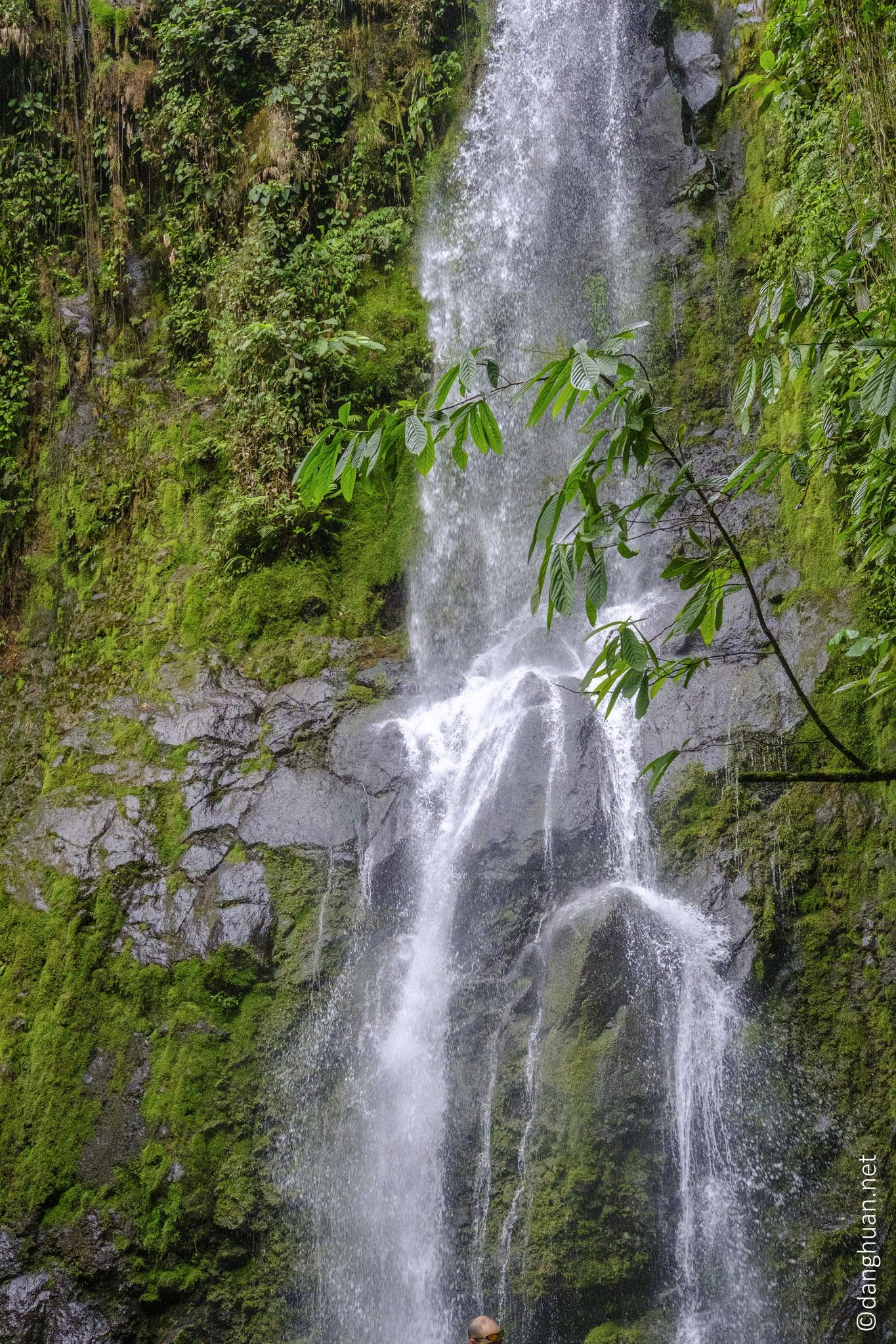 La chute d'eau El Burrito dans El Parque de ninos, la plus grande réserve (23 K hectares)  de Costa Rica