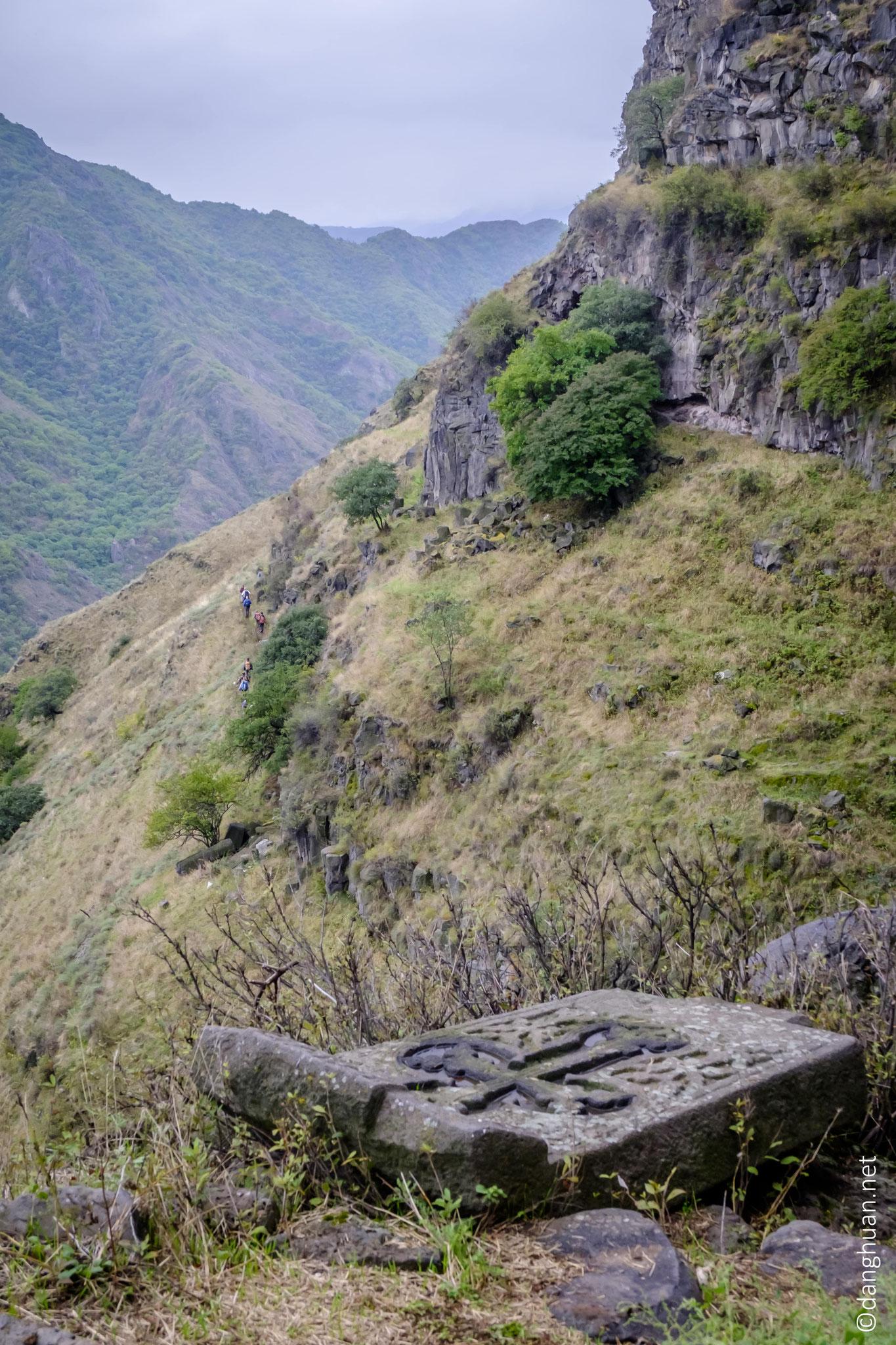 vue de la suite de la randonnée depuis le monastère d'Horomayr