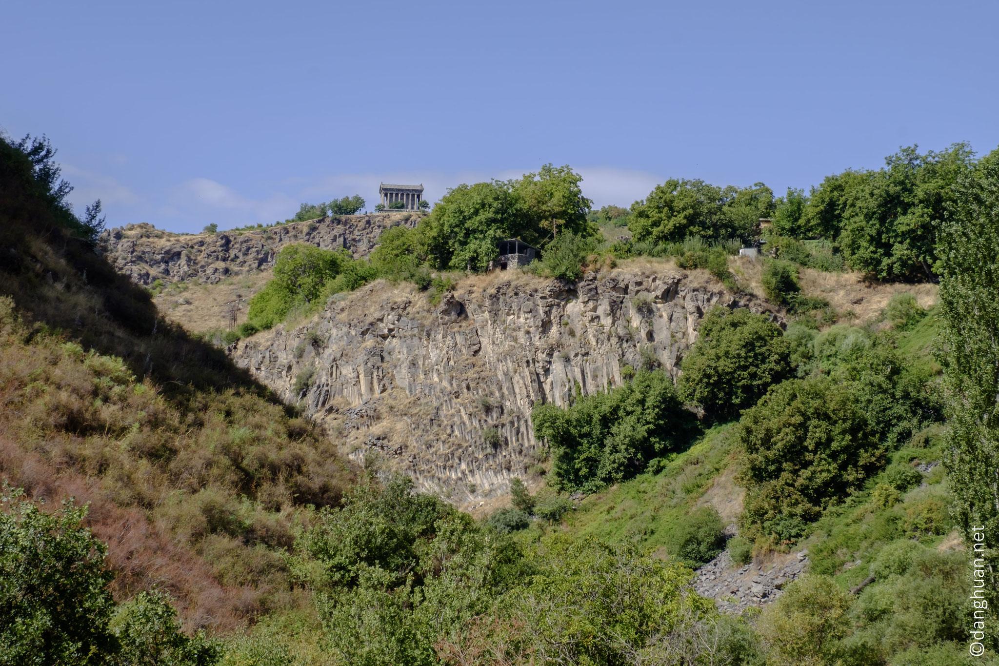 La forteresse de Garni est l'un des sites les plus anciens d'Arménie. Le site fut peuplé depuis la fin du 4ème siècle avant JC jusqu'au Moyen Âge