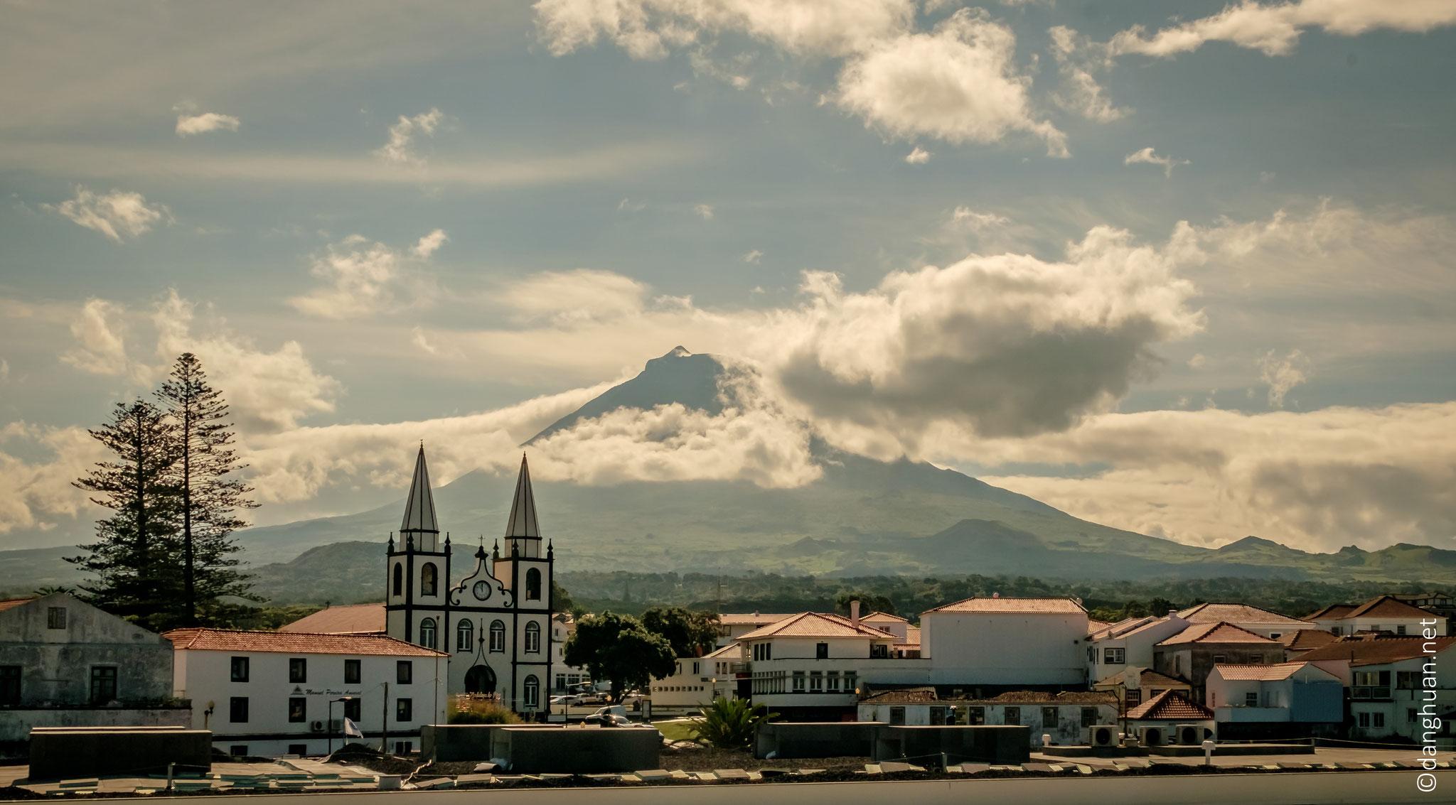 Pico - La ville de Madalena où le ferry débarque en provenance de Sao Jorge, escale à bord vers l'île de Faial