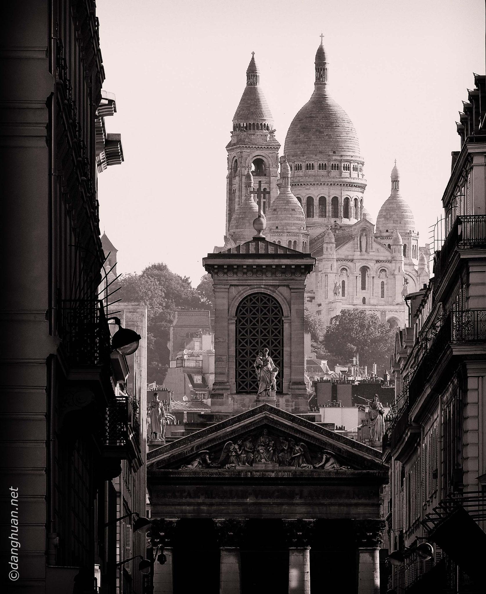 Sacré Coeur avec la façade de l'église Notre Dame de Lorette en premier plan