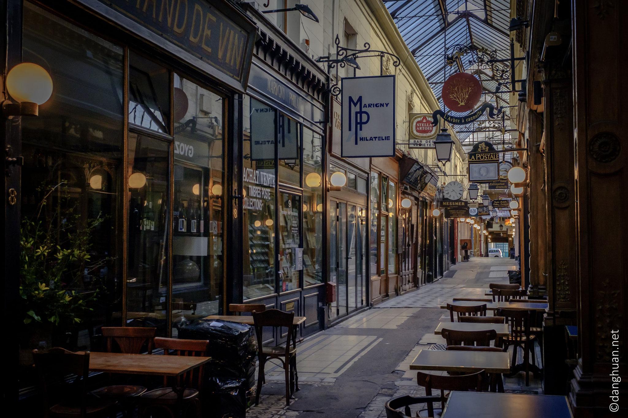 l'artère marchande abrite de nombreux restaurants ...
