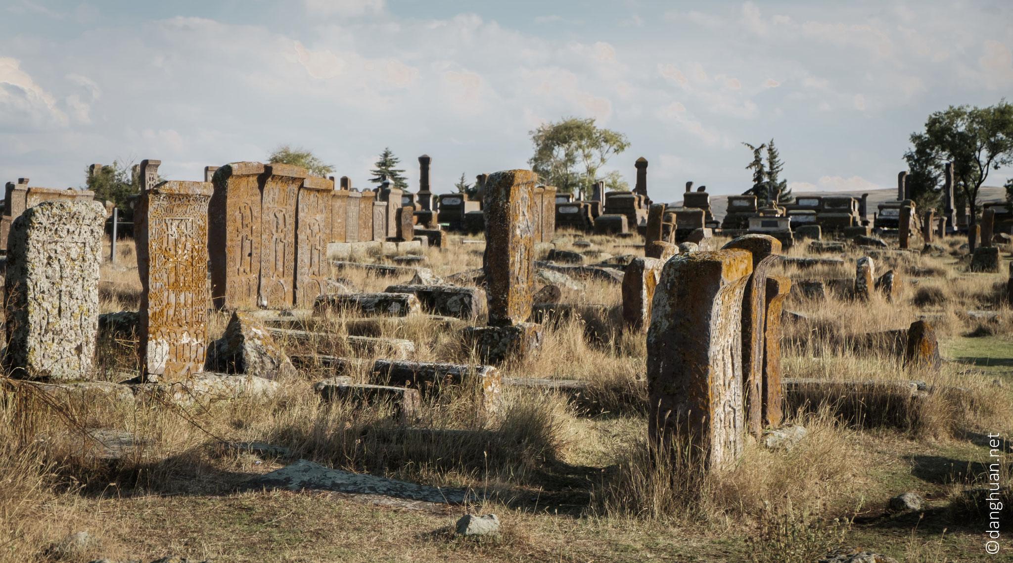 Le plus grand cimetière avec des khatchkars est celui du village de Noratus qui comprend environ 1000 khatchkars datés de X-XVIIè siècle
