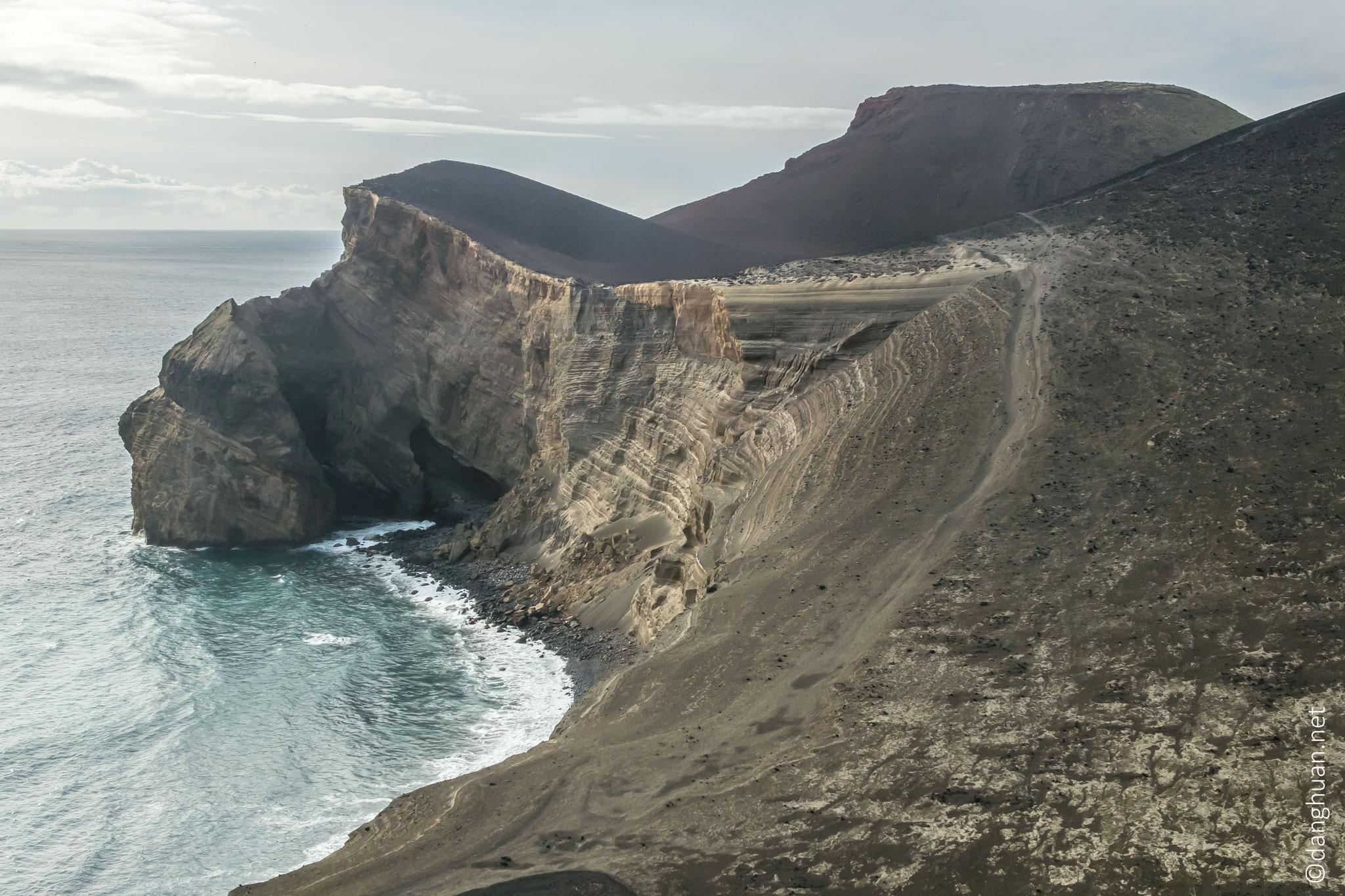 ...dont les falaises plongent dans l'océan Atlantique.