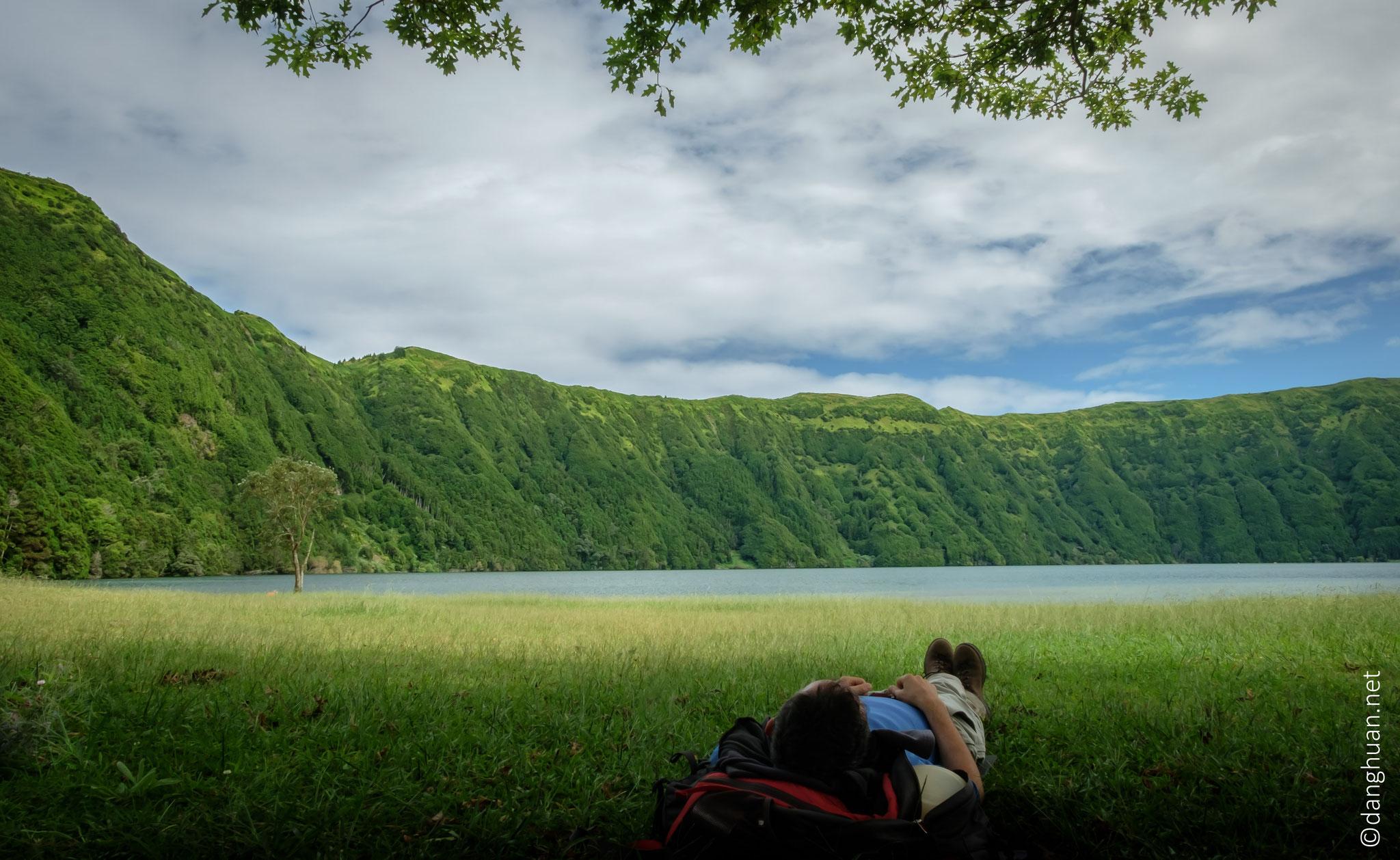 Caldeira de Sete Cidades - sieste après 2H30 de descente et déjeuner sur l'herbe