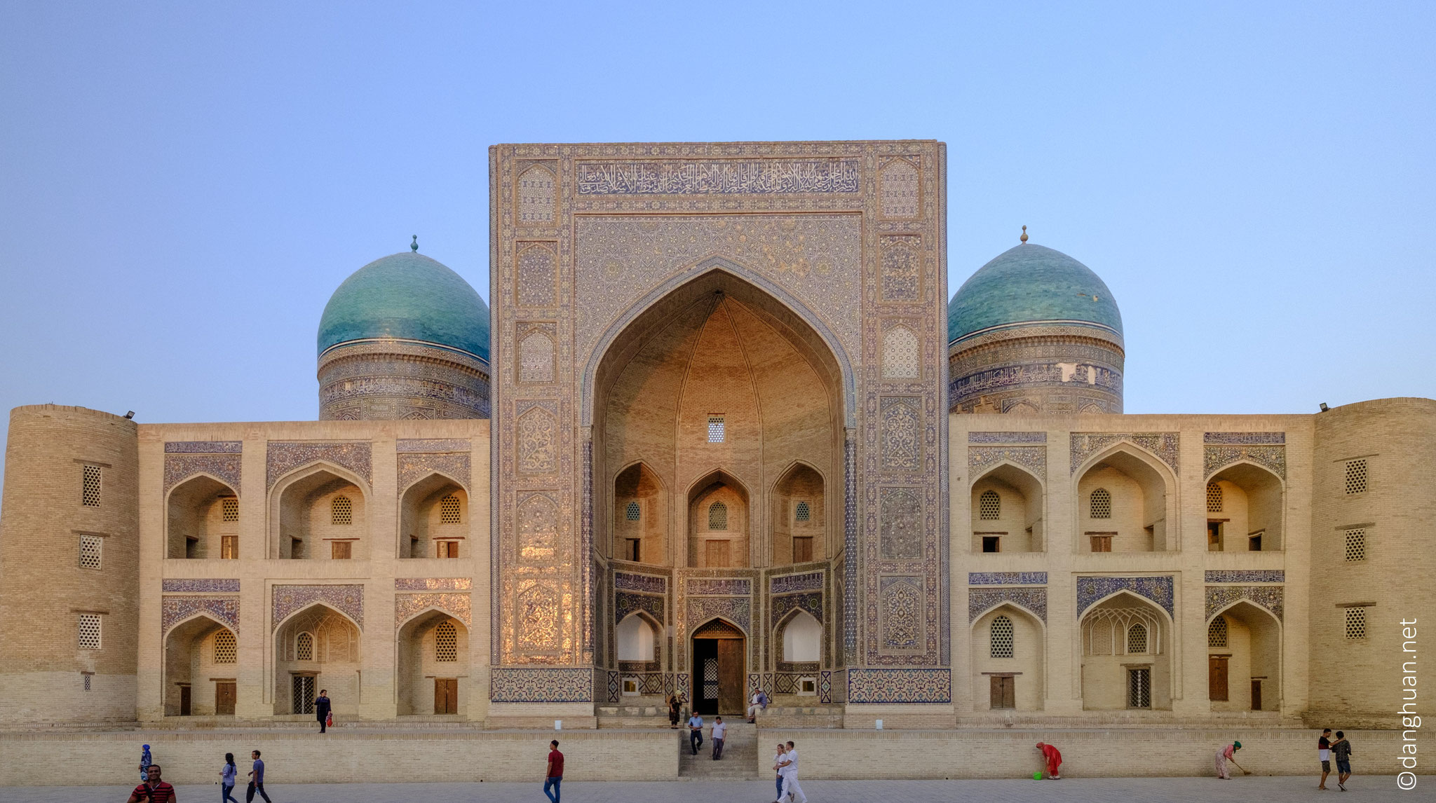 La médersa Miri-arab en face de la mosquée Kalyan