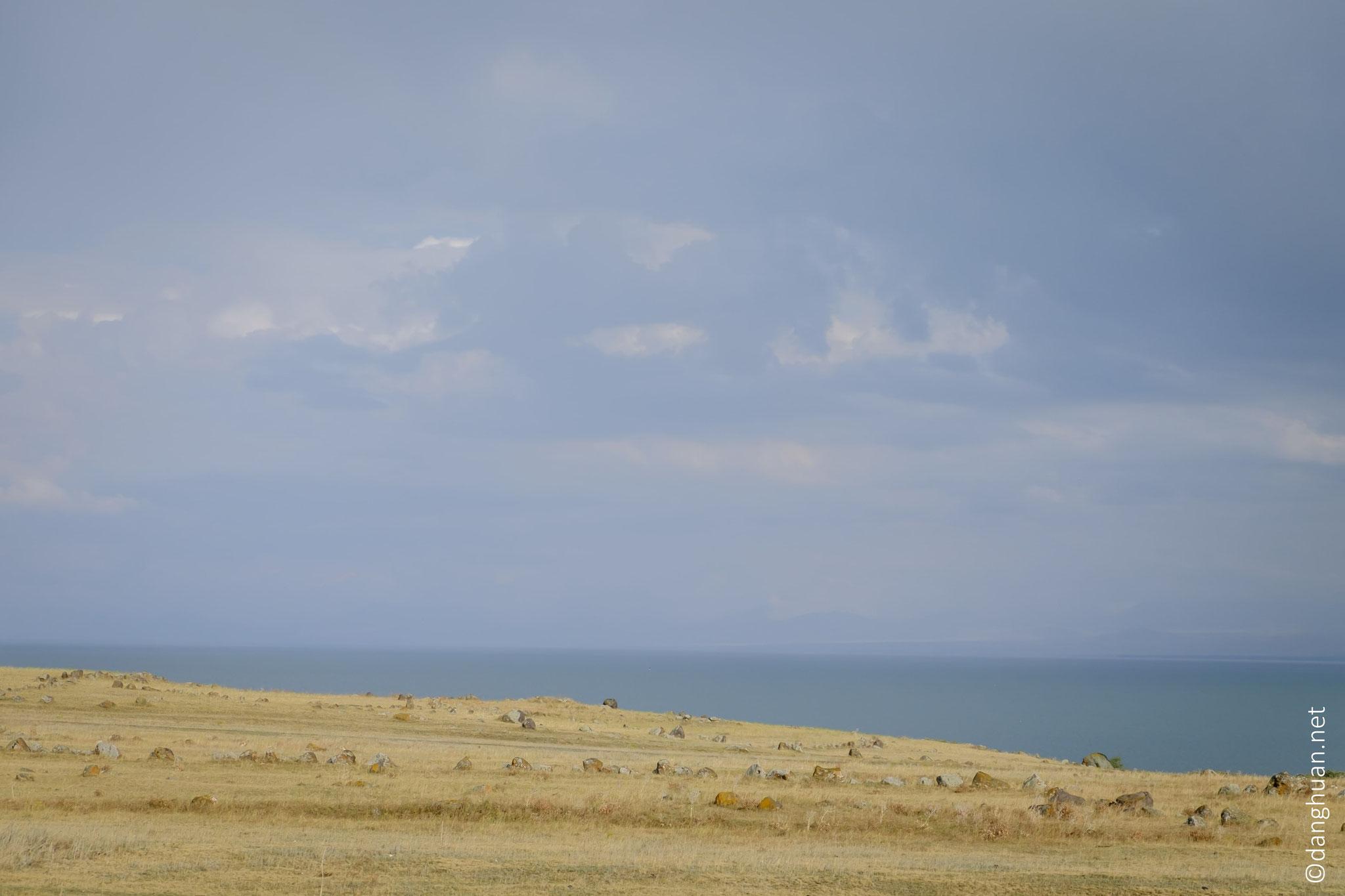 Lac Sevan (la perle bleue de l'Arménie), situé à 1900m, est l'un des plus hauts lacs d'eau douce au monde