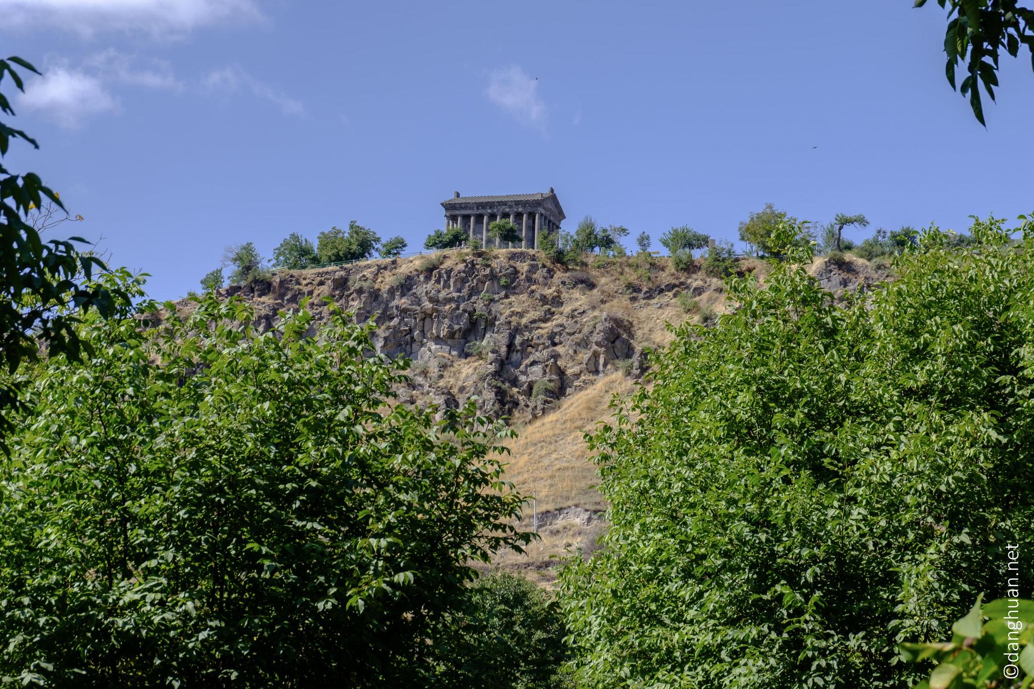 le roi Trdat 1er, fondateur de la dynastie des Arsacides, fonda en 76, le temple païen de Garni dédié au dieu du Solei Mher (Mithra)