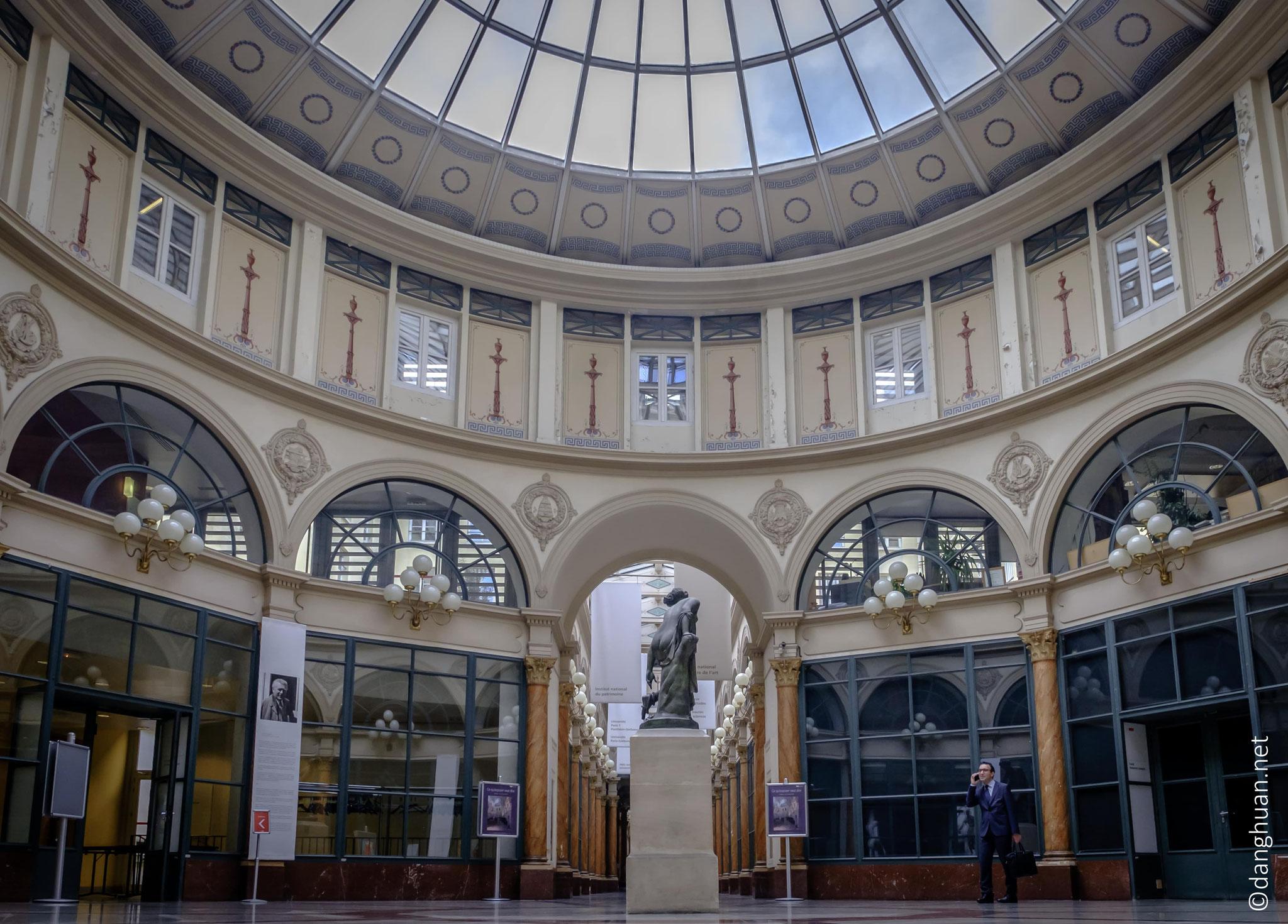 la Galerie Colbert  dispose d'une magnifique rotonde surmontée d'une coupole en verre