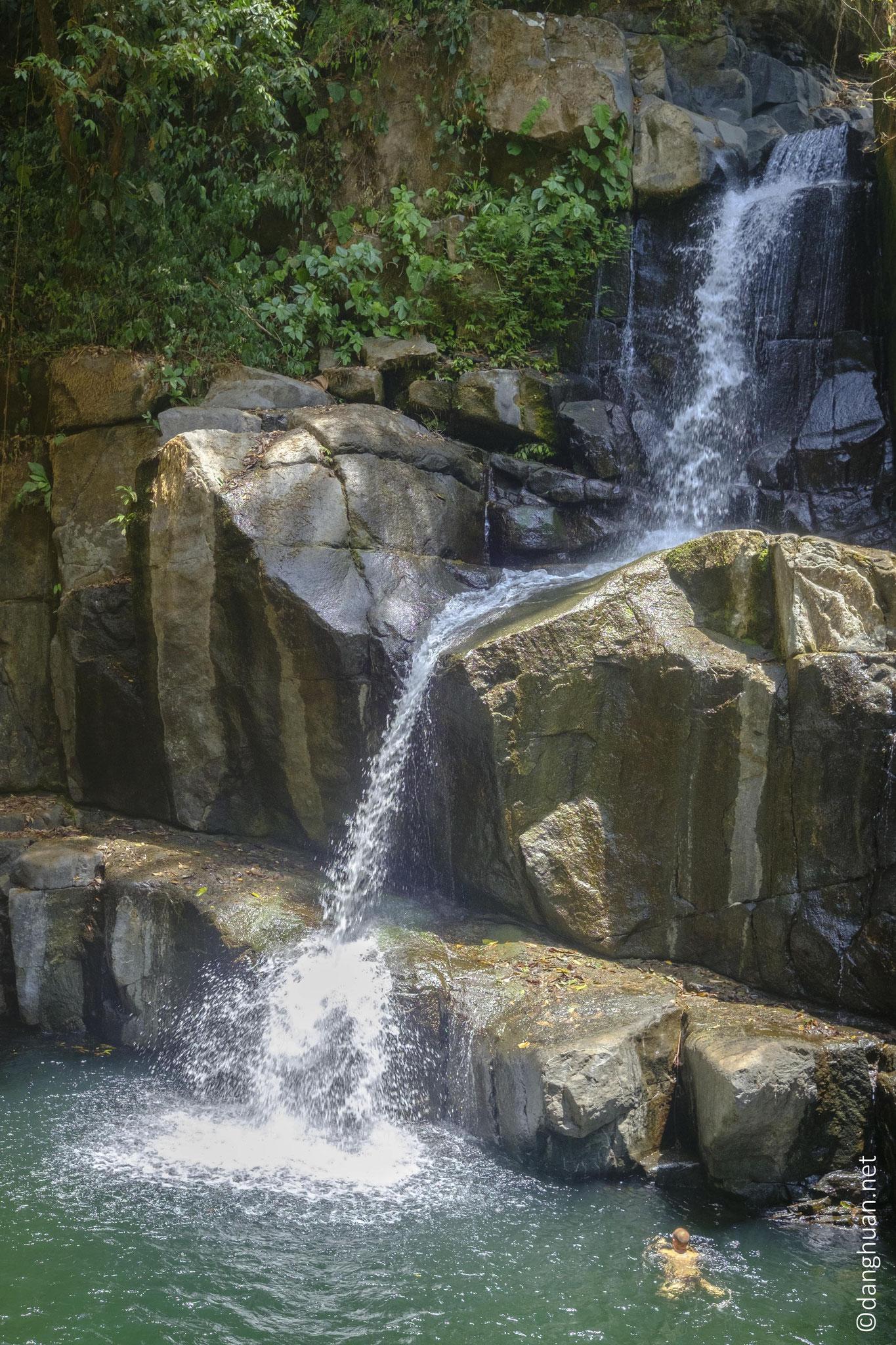 La cascade La Raiz située dans la réserve naturelle de la Ceiba : entourée de rochers et de jungle, c'est une piscine naturelle de 10m de profondeur