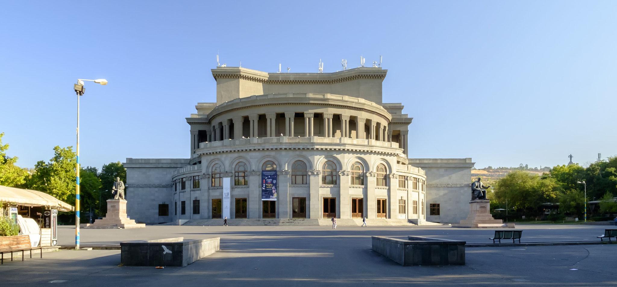 et aussi, l'opéra d'Erevan dont la maquette reçoit le grand prix à l'exposition universelles de paris en 1937