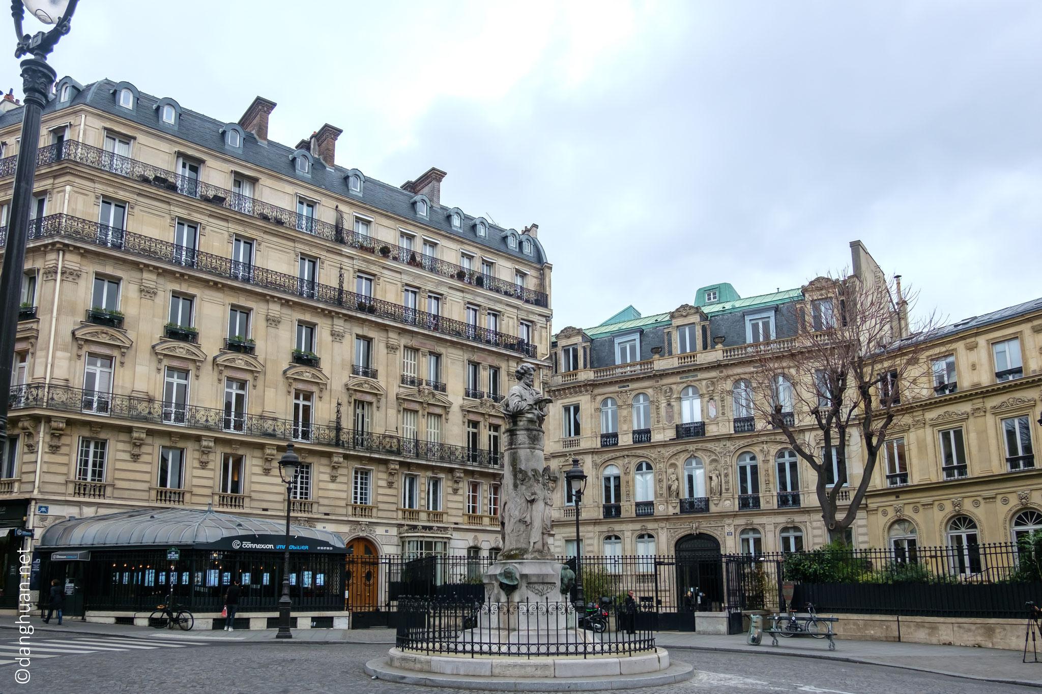 Place St Georges, au centre un buste de Paul Gavarni, dessinateur et caricaturiste du 19e siècle