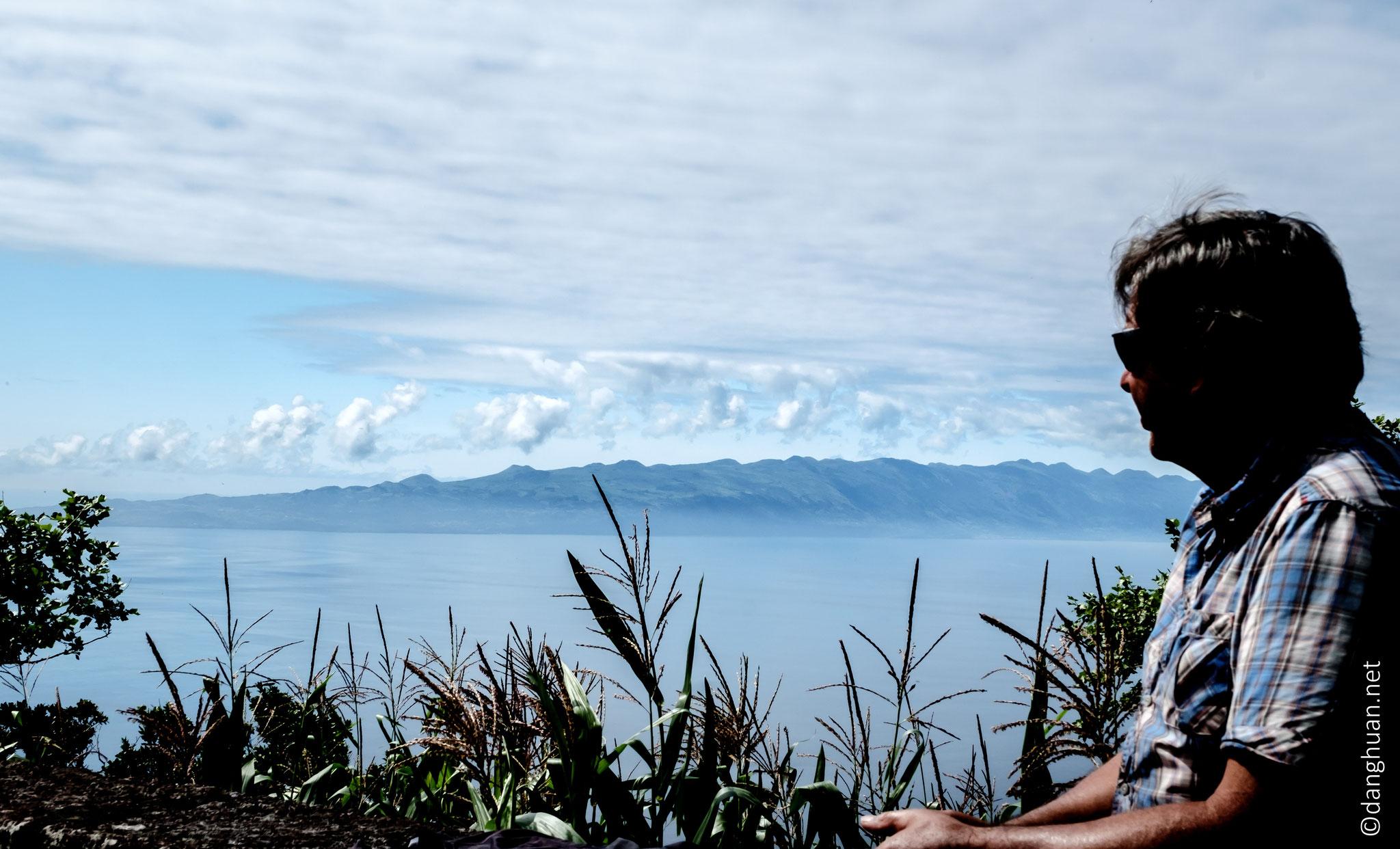 la chaîne des volcans de l'île de Pico depuis l'île de Sao Jorge