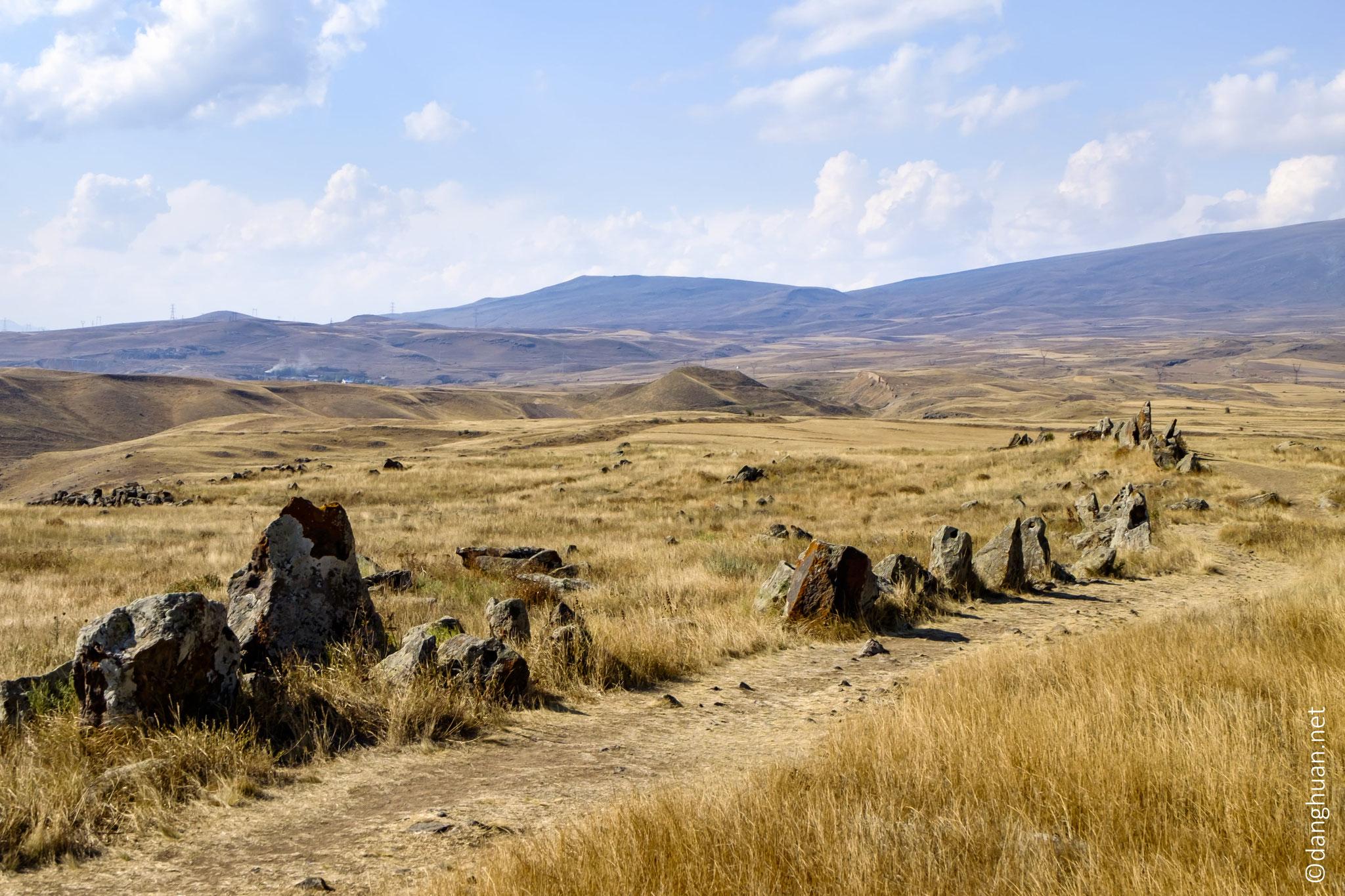 ... aussi appelé Karahunj (Քարահունջ, « voix des pierres »)...