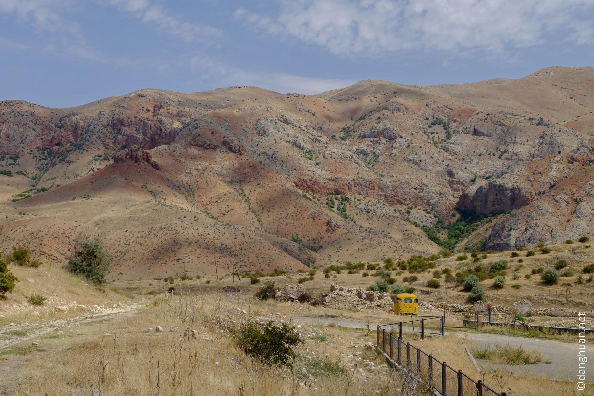 ...  un affluent de l'Arpa , à l'est du haut-plateau arménien...